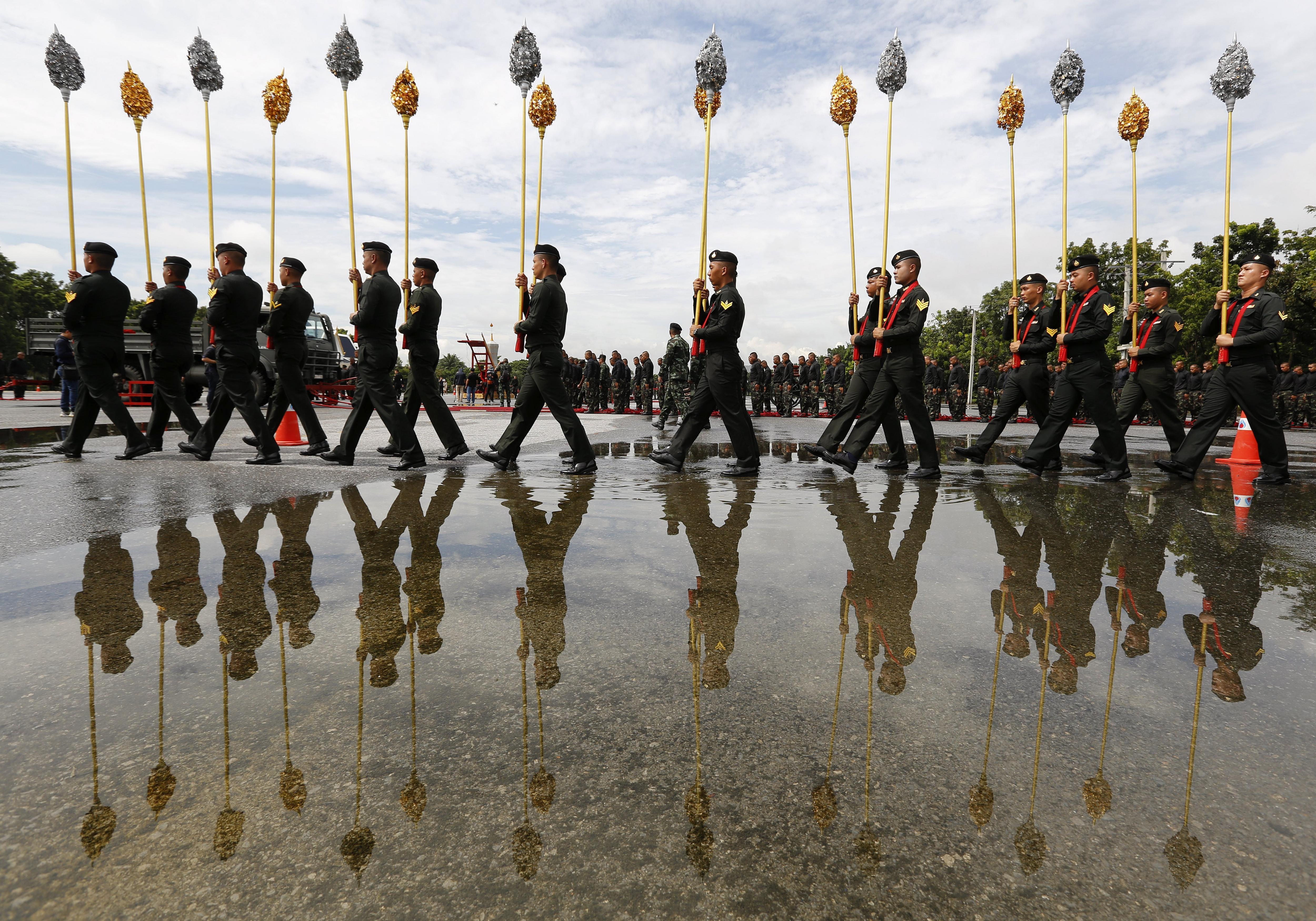 Soldats entrenen per a la processó funerària del rei Bhumibol Adulyadej de Tailàndia a la base militar de Bangkok (Tailàndia). /NARONG SANGNAK