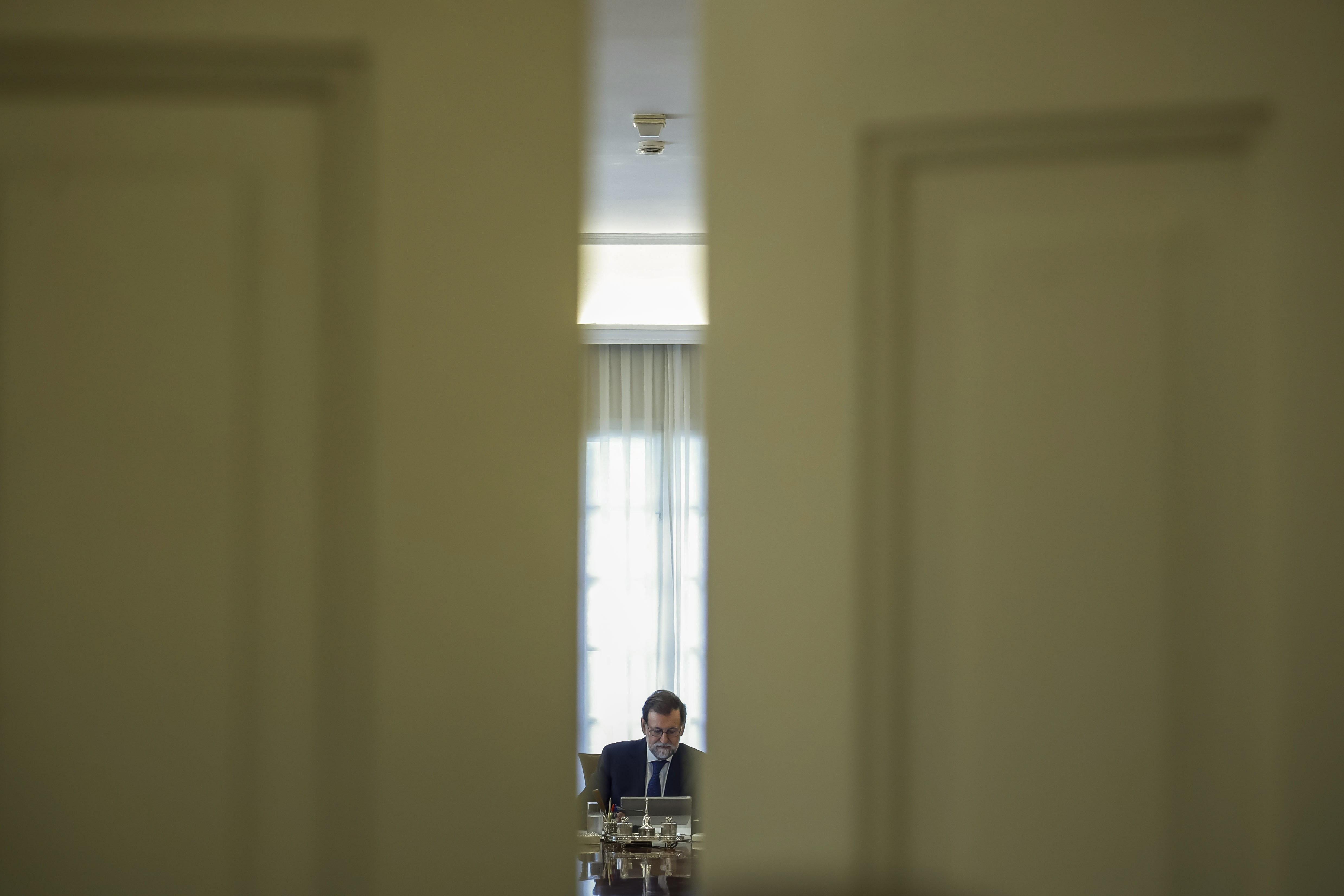 El president del Govern, Mariano Rajoy, durant la reunió extraordinària del Consell de Ministres celebrada en el Palau de la Moncloa. /EMILIO NARANJO