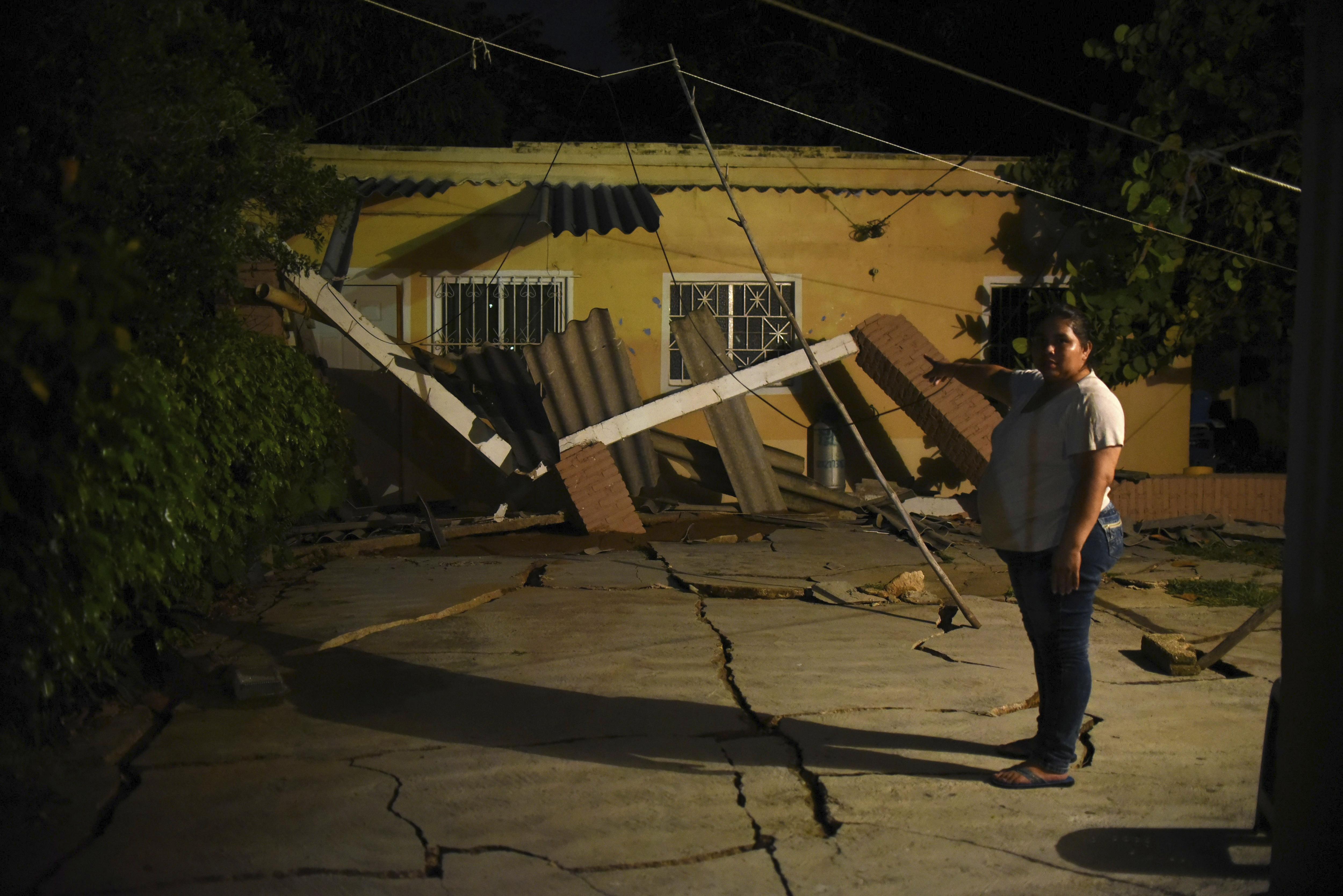 Una resident del municipi de Coatzacoalcos, a Veracruz (Mèxic), observa la seva llar destrossada. /ÁNGEL HERNÁNDEZ