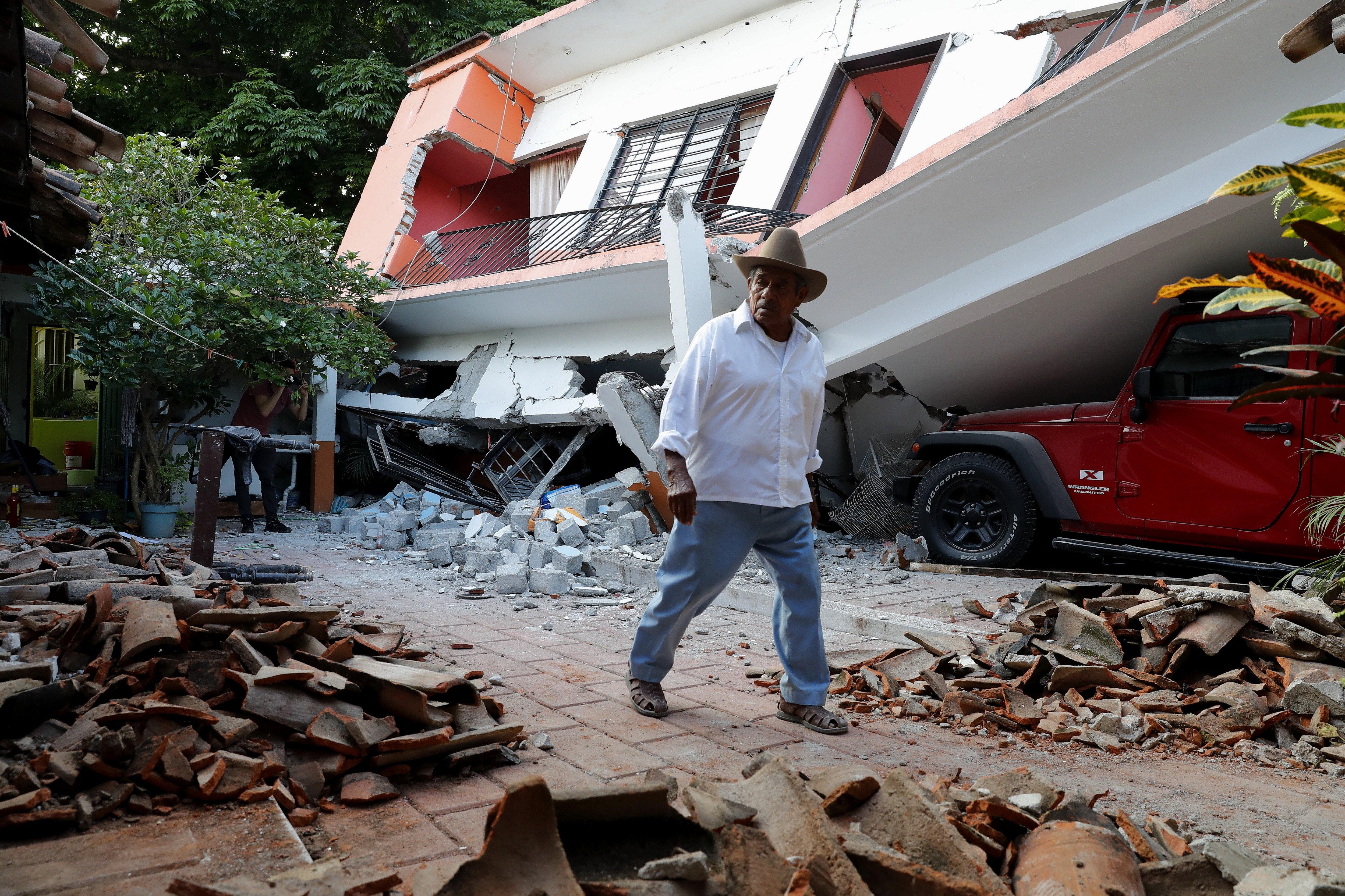 Un home camina al costat d'un habitatge destruït a Juchitán, Oaxaca (Mèxic), un dels llocs més afectats pel terratrèmol de magnitud 8,2. /JORGE NÚÑEZ