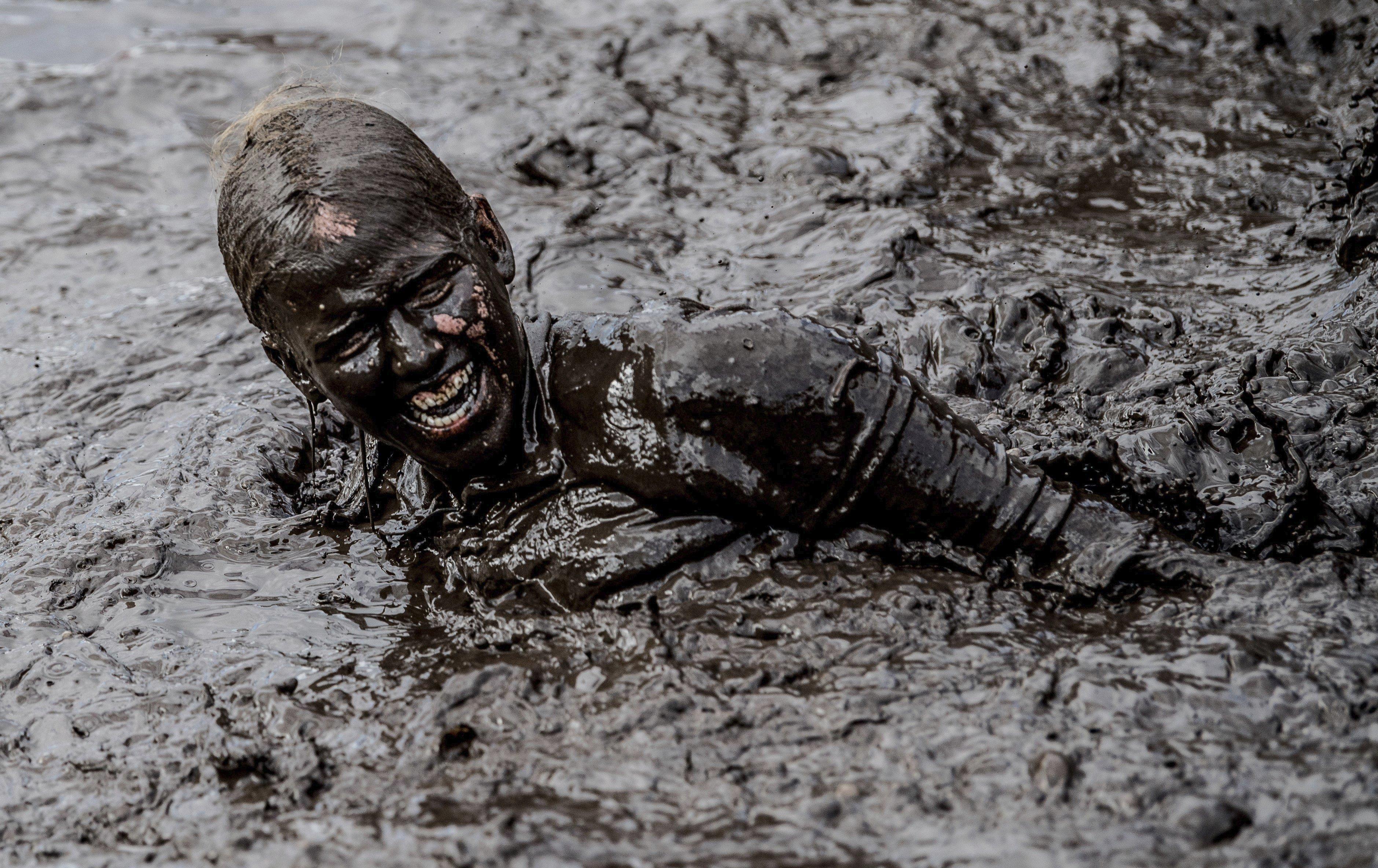 """Una jove durant la competició """"Tough Mudder"""" a Schipkau, Alemanya. /FILIP SINGER"""