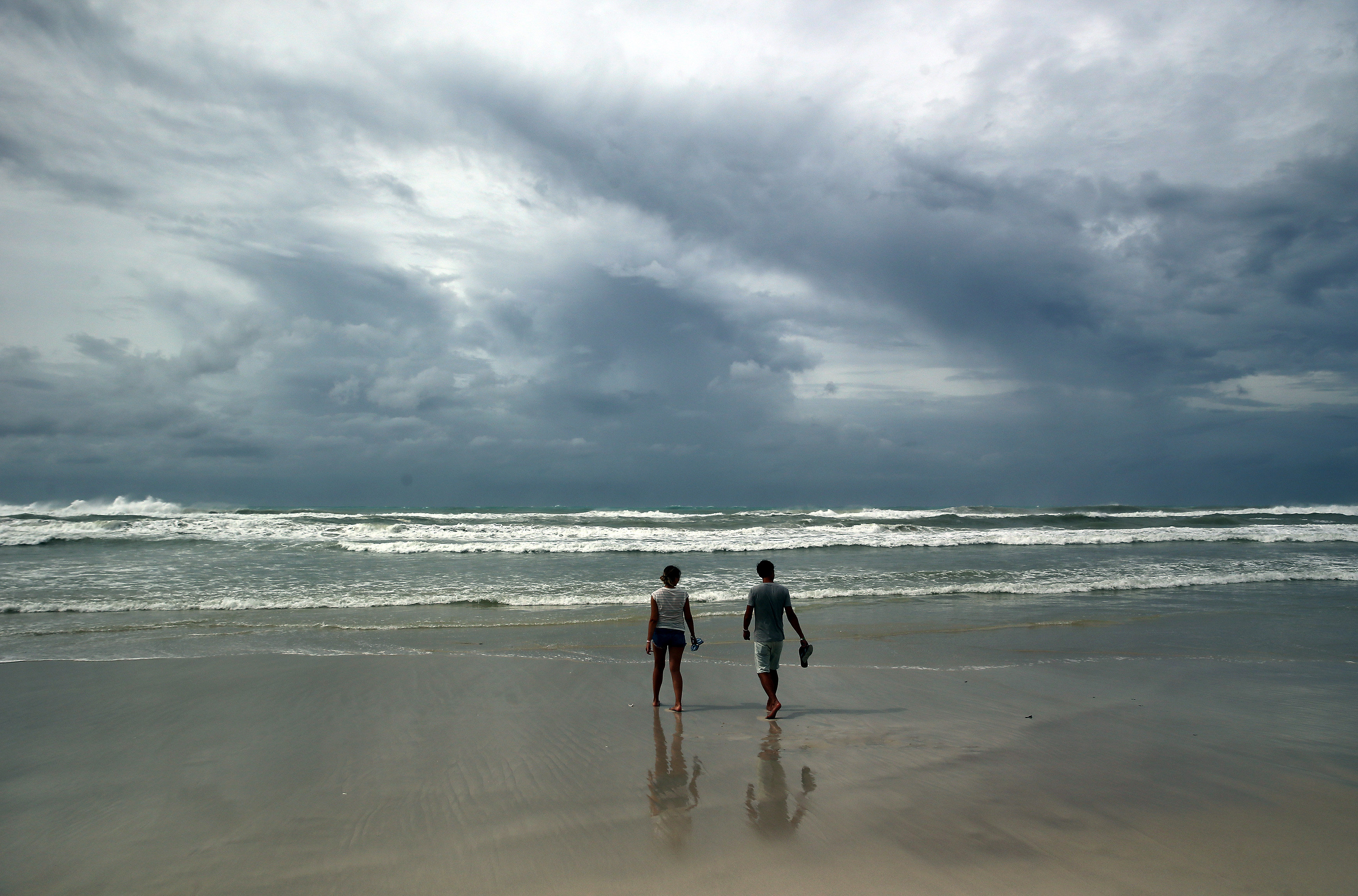 Una parella camina per la platja de Varadero (Cuba) un dia després del pas de l'huracà Irma per Cuba. /ALEJANDRO ERNESTO