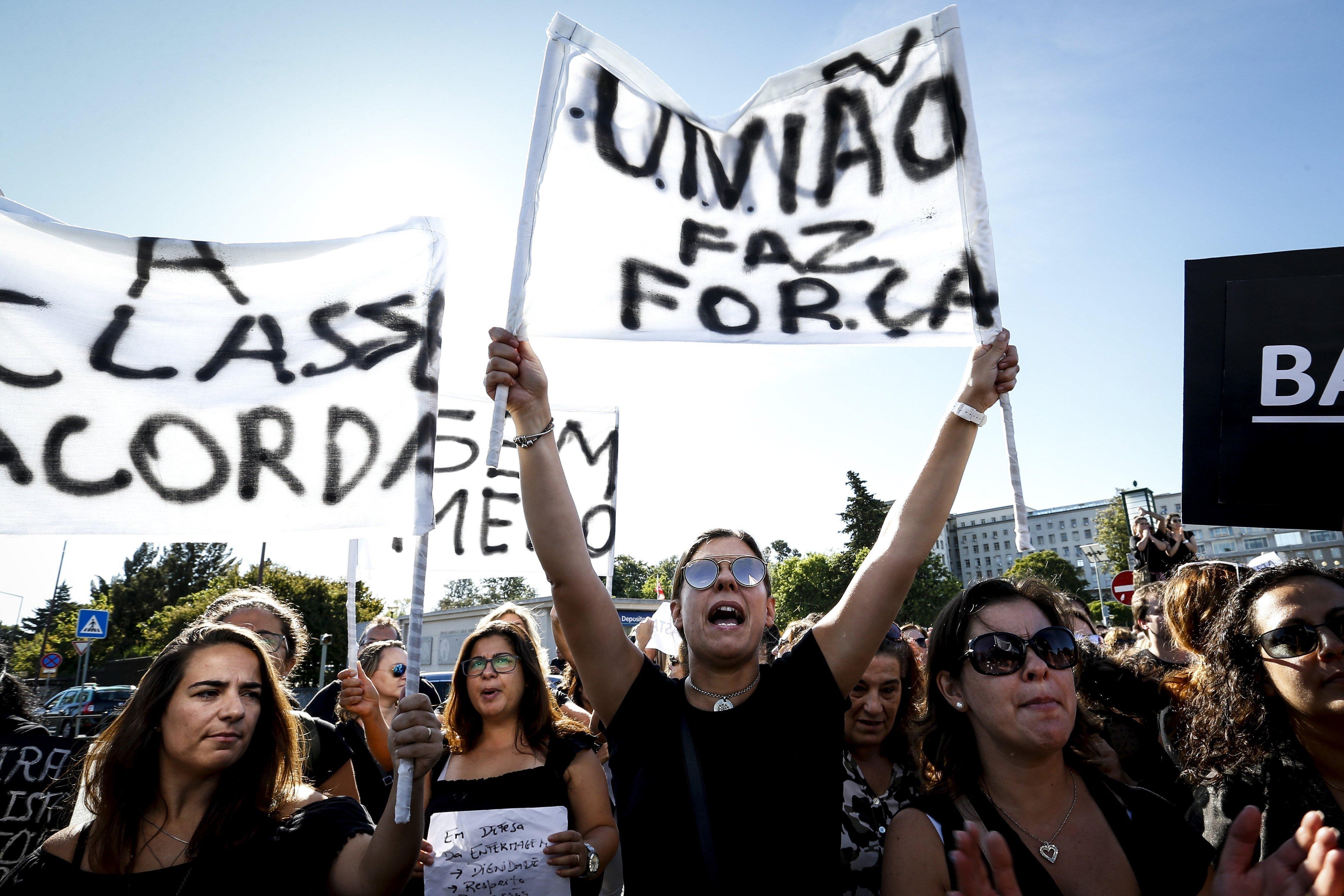 Infermeres mostren pancartes durant una protesta davant l'Hospital de Santa Maria per mostrar la seva insatisfacció amb la situació actual del sector, a Lisboa, Portugal. /RODRIGO ANTUNES
