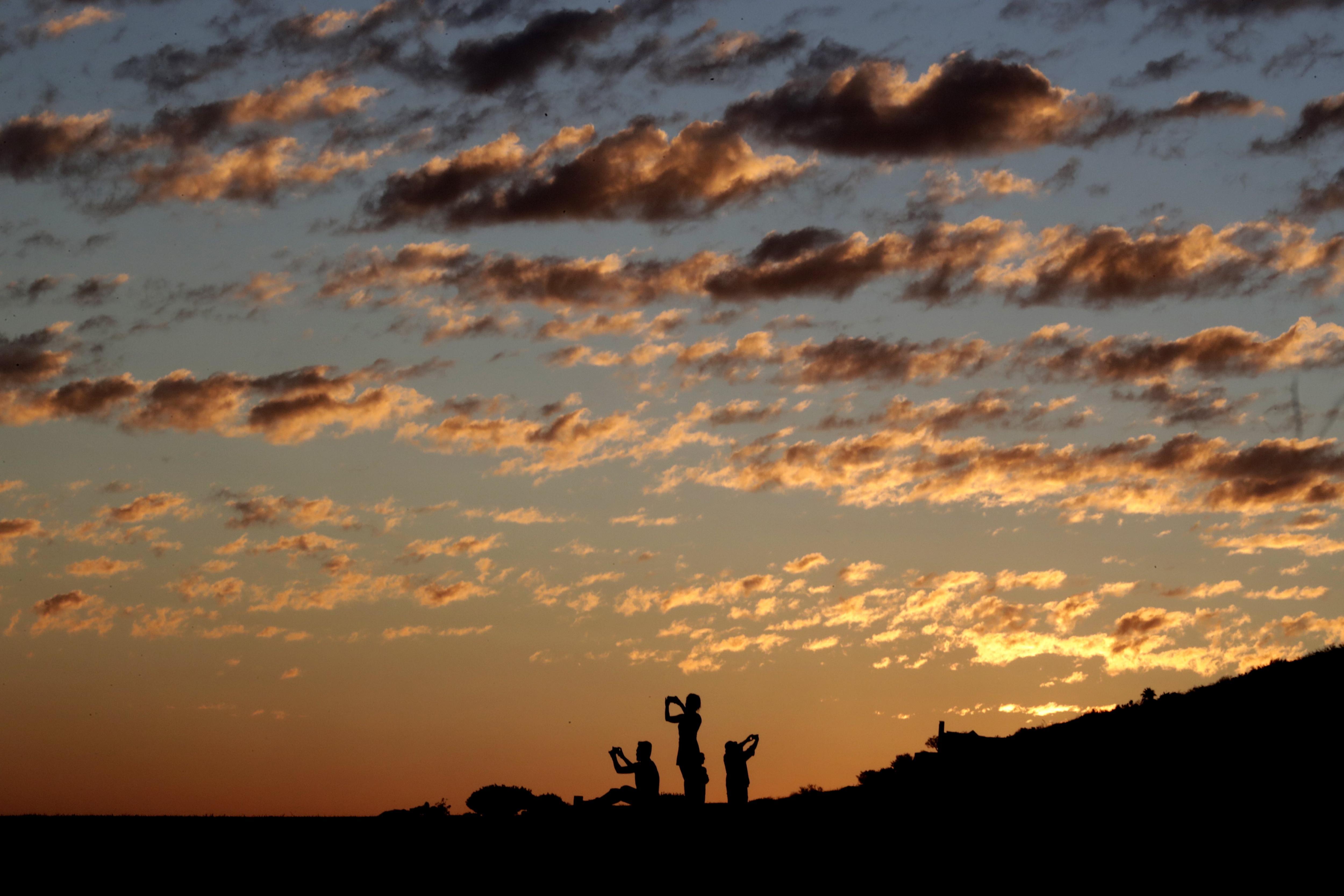 Un grup de persones pren una foto des de la Universitat Pepperdine, a Malibú, Califòrnia, EUA. /MIKE NELSON