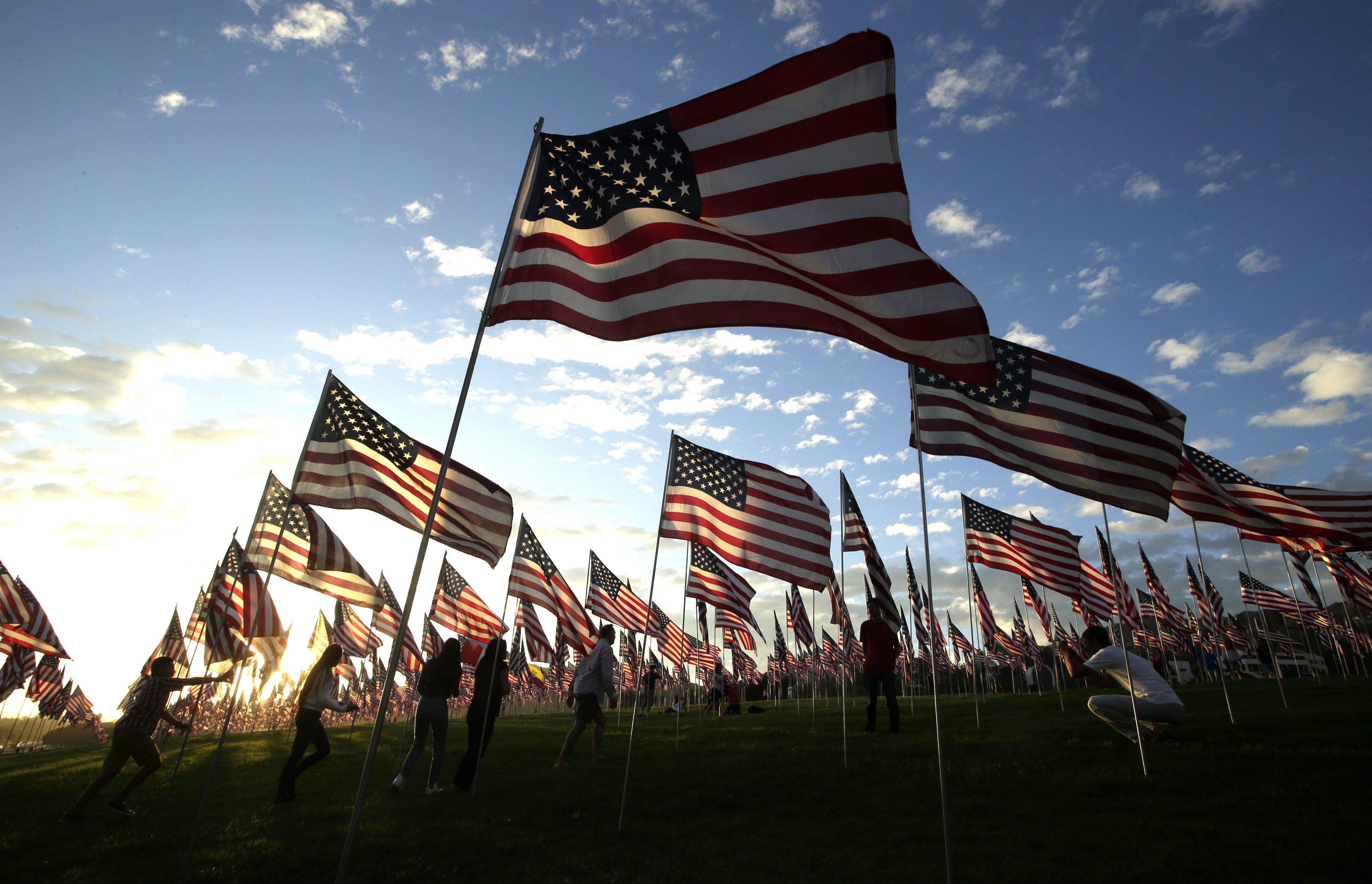2.977 banderes nord-americanes onegen com a homenatge a les víctimes del 9-S en el seu 16 aniversari. /MIKE NELSON