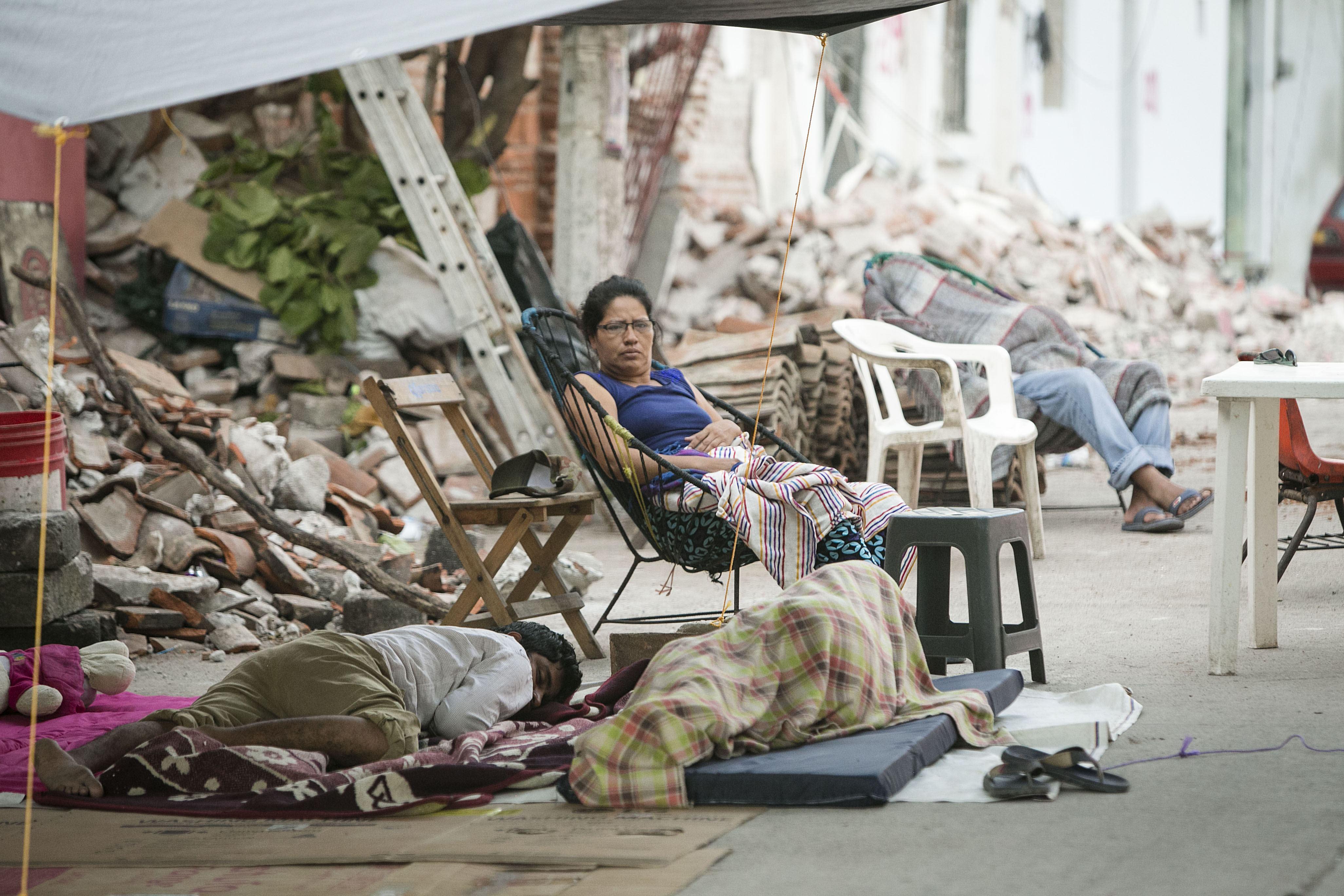 Residents del municipi de Juchitán dormen fora de les seves cases destruïdes pel terratrèmol que va afectar Mèxic el passat 7 de setembre. /MARIO ARTURO MARTÍNEZ