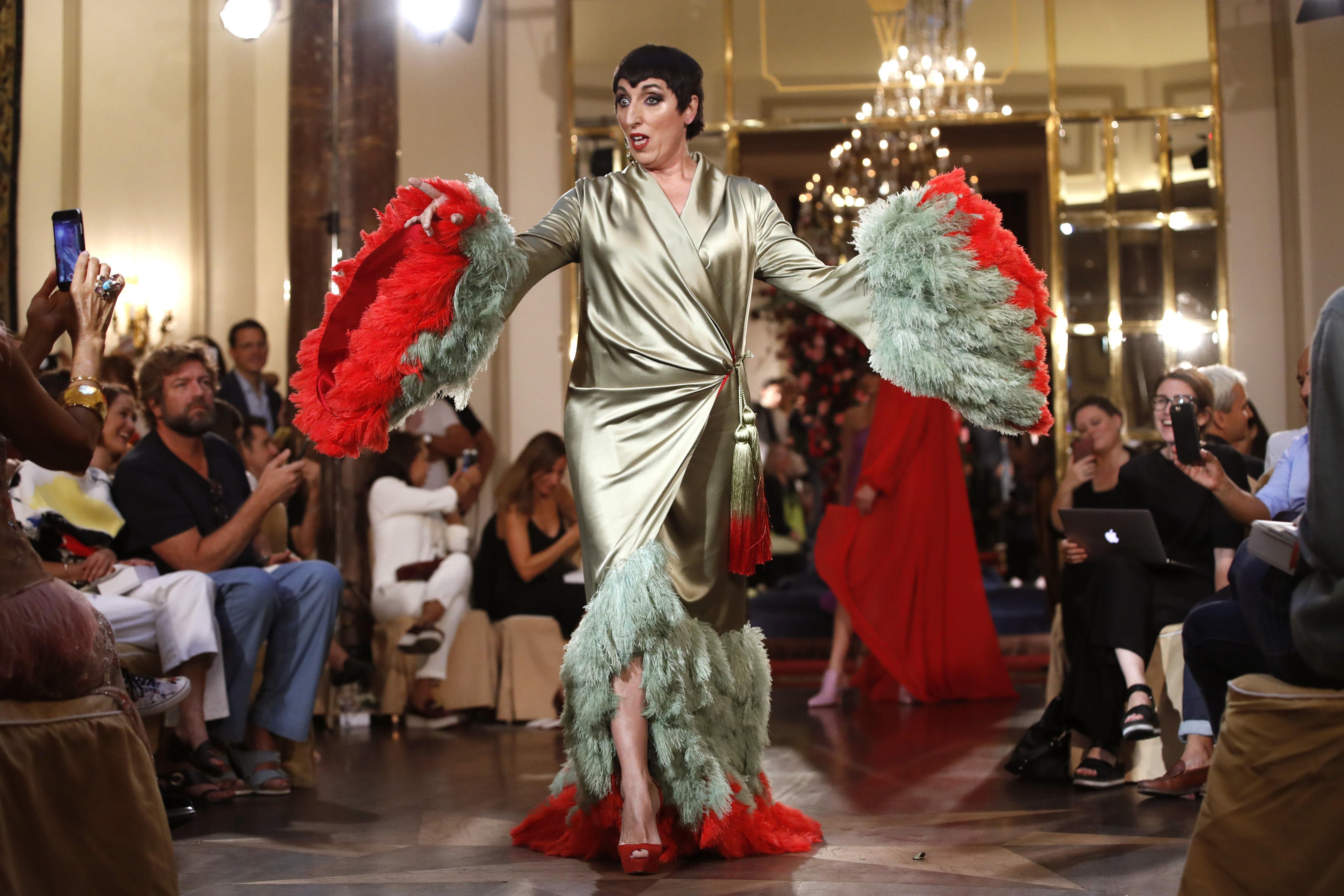 L'actriu Rossy de Palma desfila amb un dels dissenys de Palomo Spain en la primera jornada de la passarel·la Fashion Week Madrid. /JUANJO MARTÍN