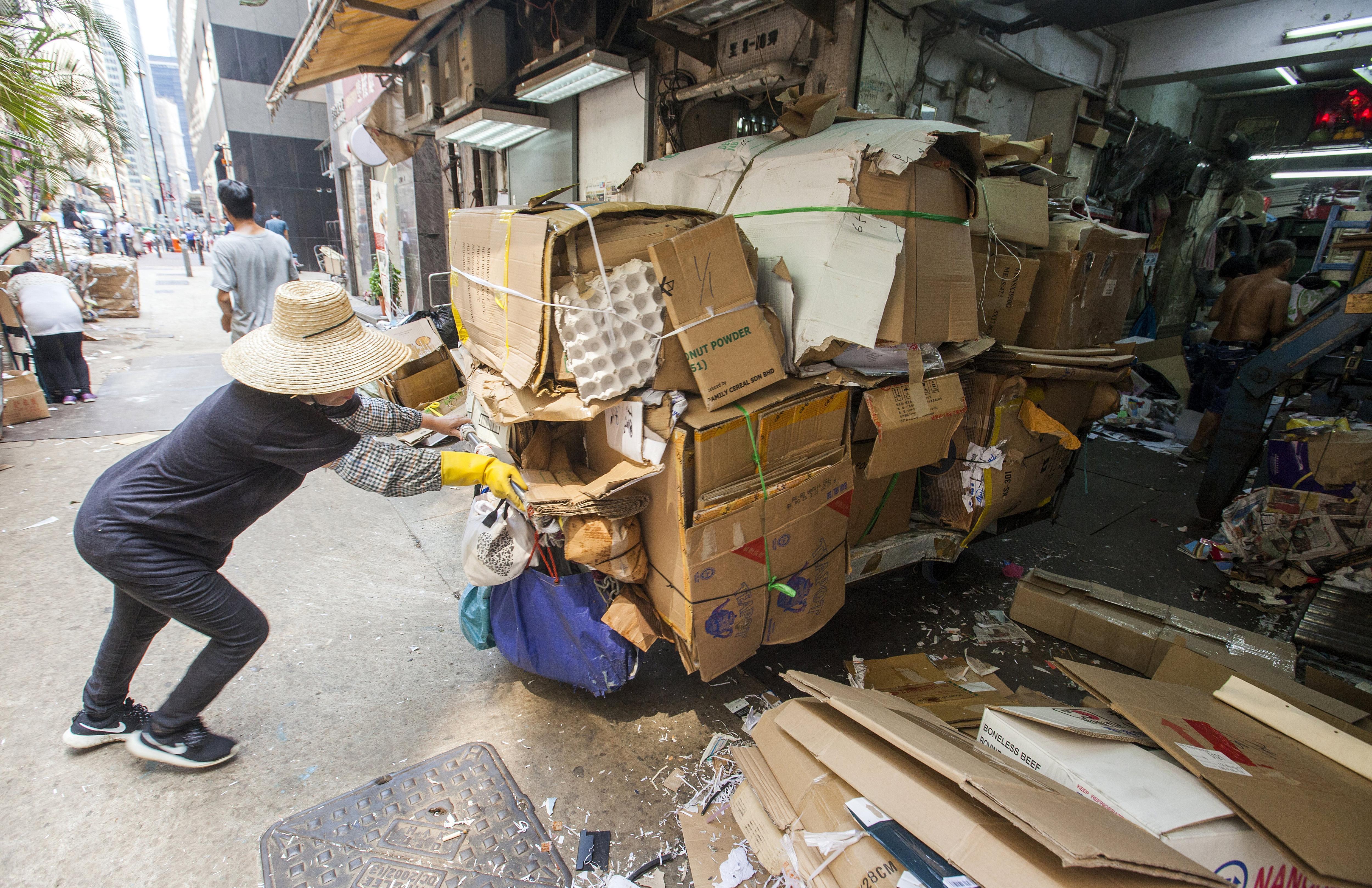 El preu per quilo de paper i cartó usat ha caigut entre un 60 i un 50% a Hong Kong. Famílies de baix poder adquisitiu subsistien fins ara amb la recol·lecció d'aquest material. /ALEX HOFFORD