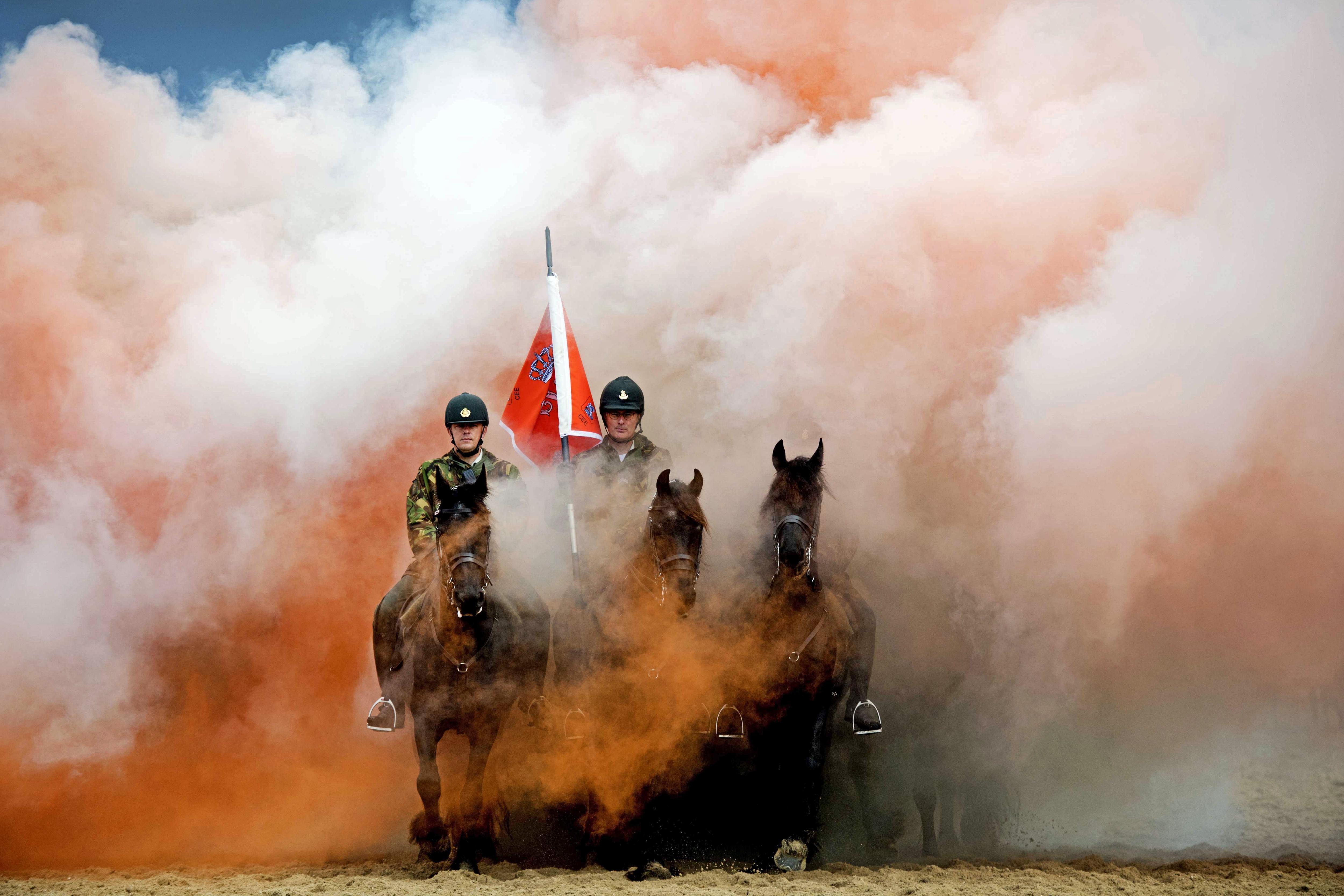 Cavalls i genets participen en una prova de resistència a la platja de Scheveningen (Holanda). /OLAF KRAAK