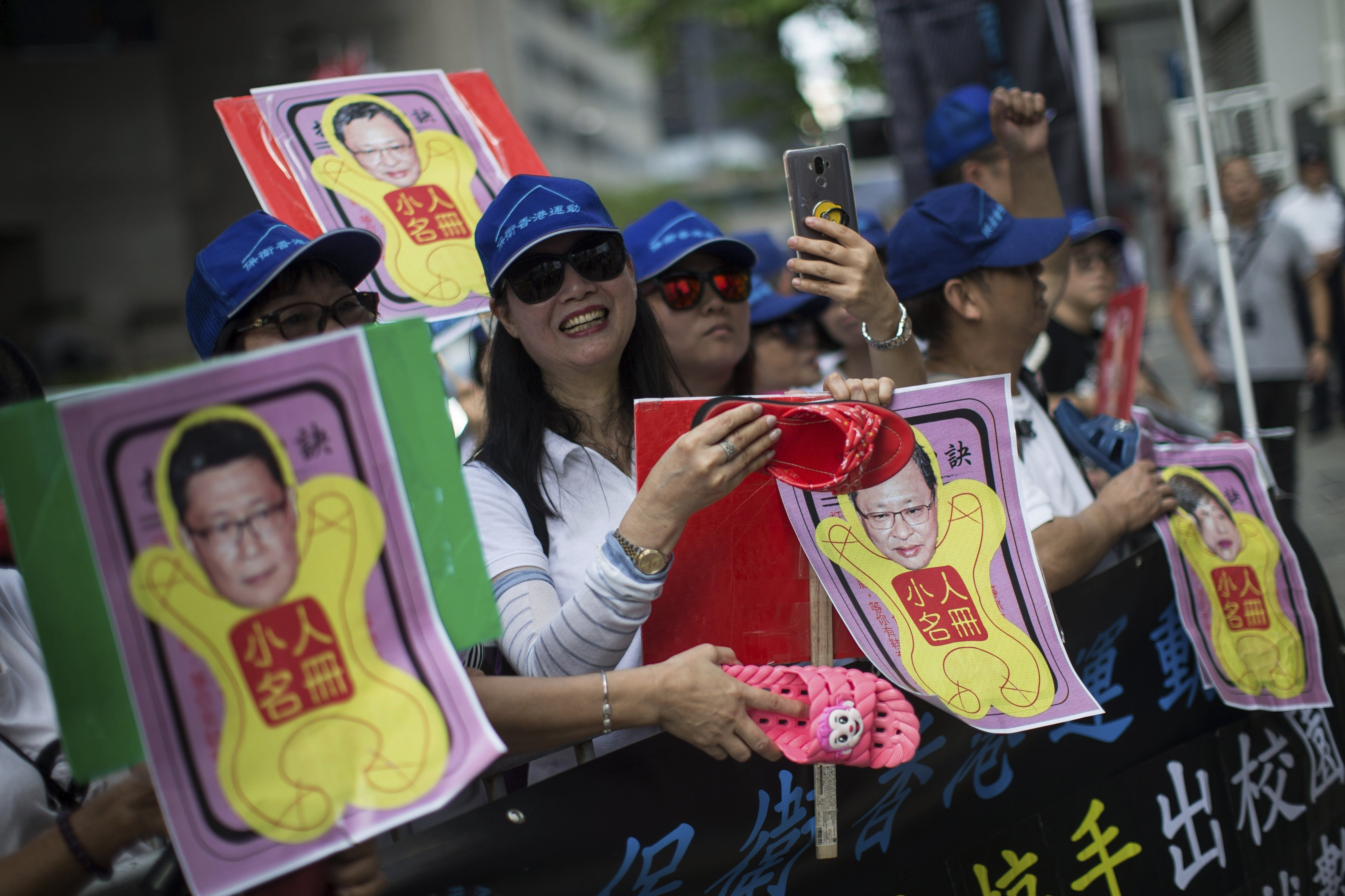 """Activistes es manifesten enfront del tribunal on se celebra el judici contra els líders de la """"Revolució dels Paraigües"""" de Hong Kong per la seva participació en les històriques manifestacions a favor d'una major democràcia, Xina. /JEROME FAVRE"""