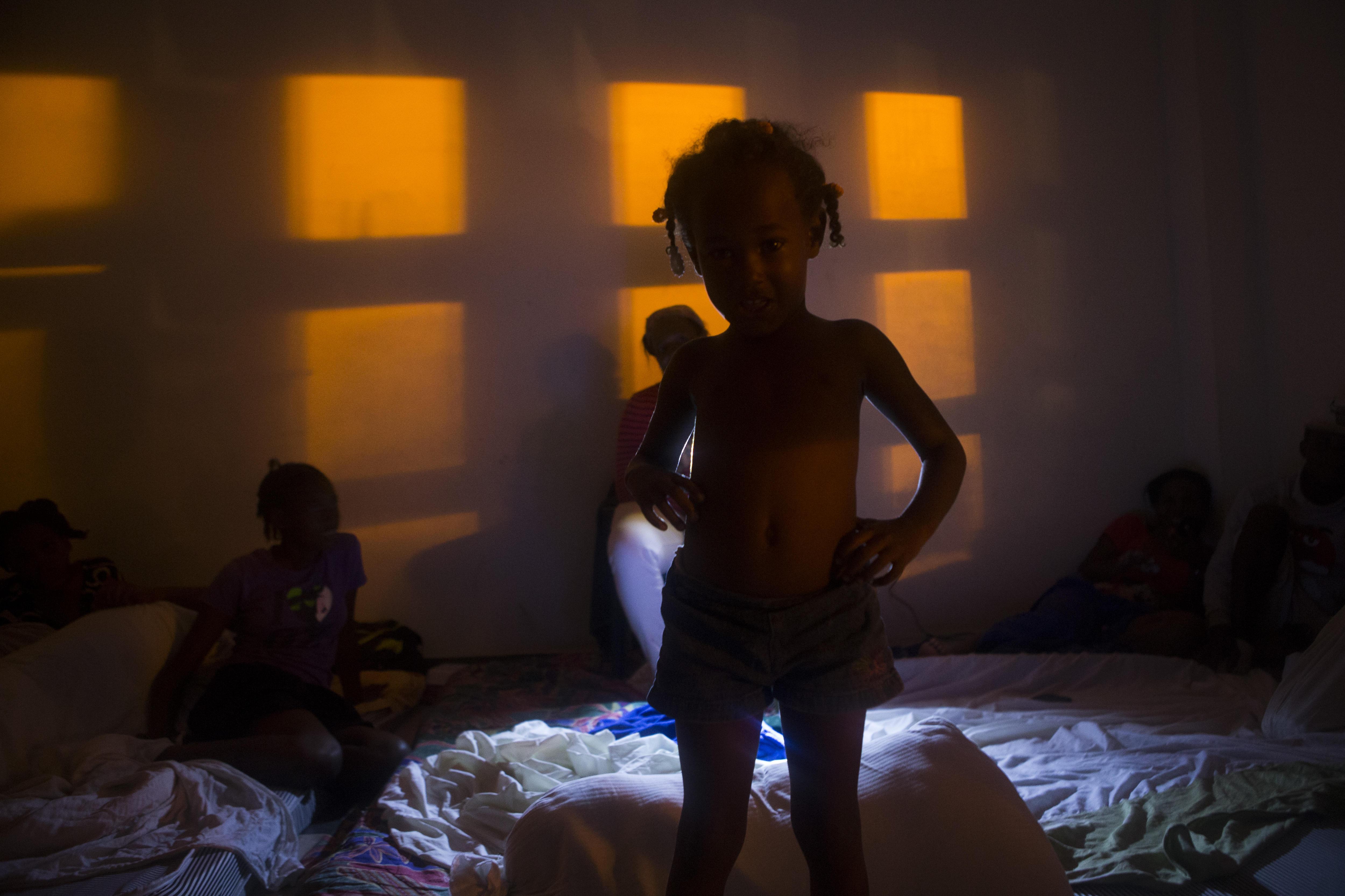 Famílies es refugien en un alberg, hores abans del pas de l'huracà Maria, a la República Dominicana. /ORLANDO BARRÍA