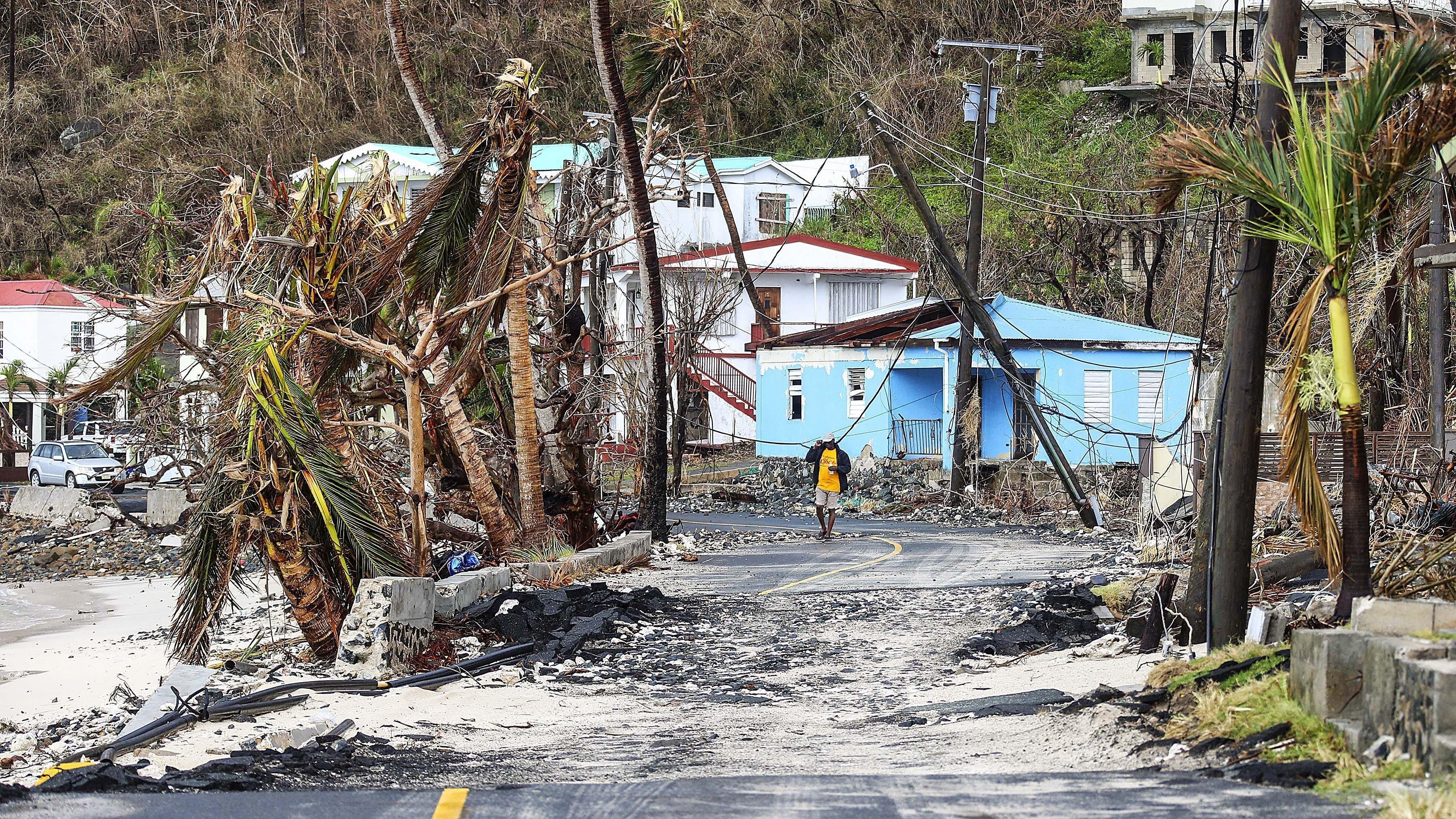 Un veí de Tortola camina pels carrers devastats després del pas de l'huracà Maria a les Illes Verges Britàniques. /BRITISH MINIS
