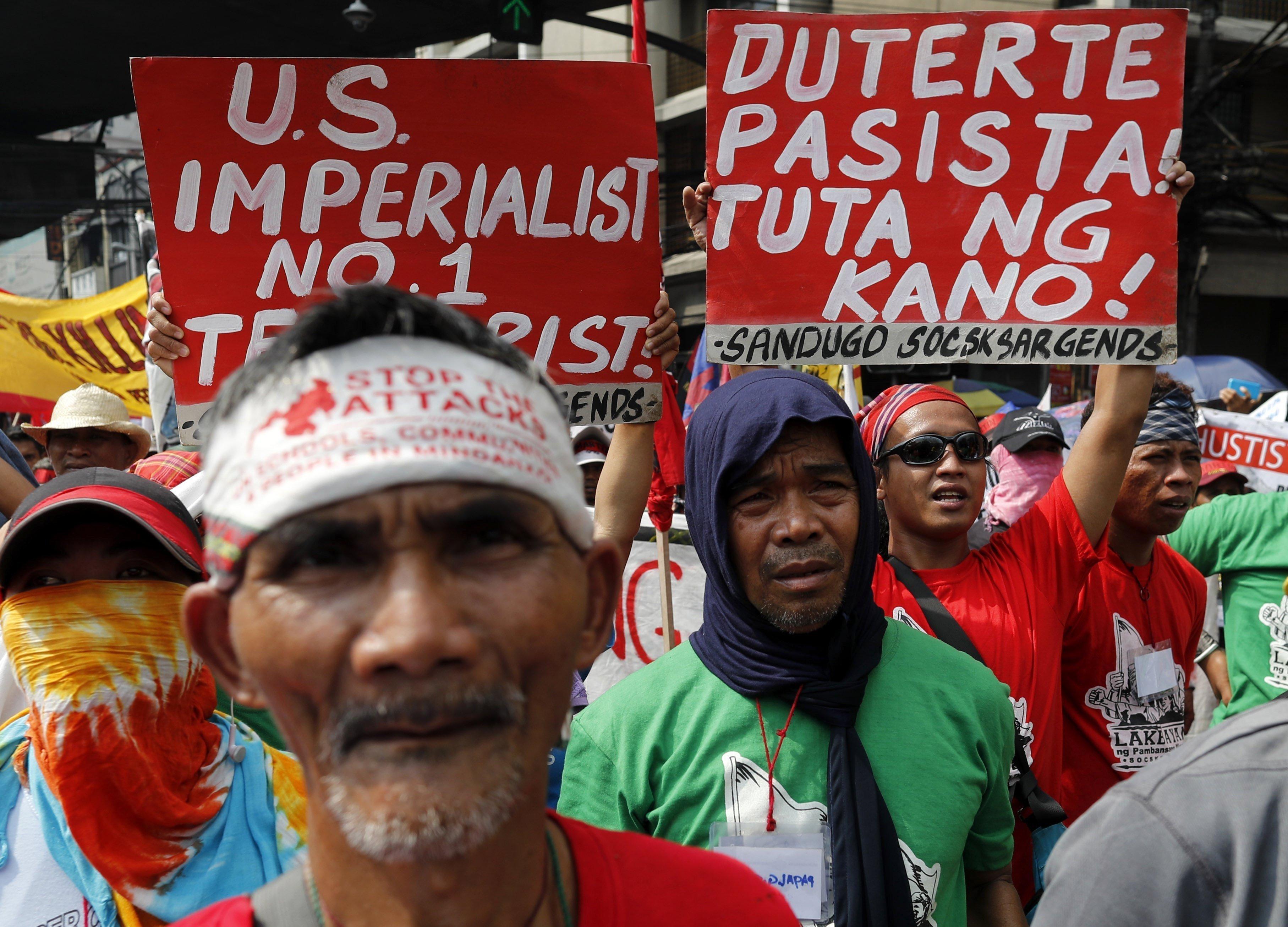 Manifestants filipins sostenen pancartes durant una marxa contra la Llei marcial a Manila (Filipines). /FRANCIS R. MALASIG