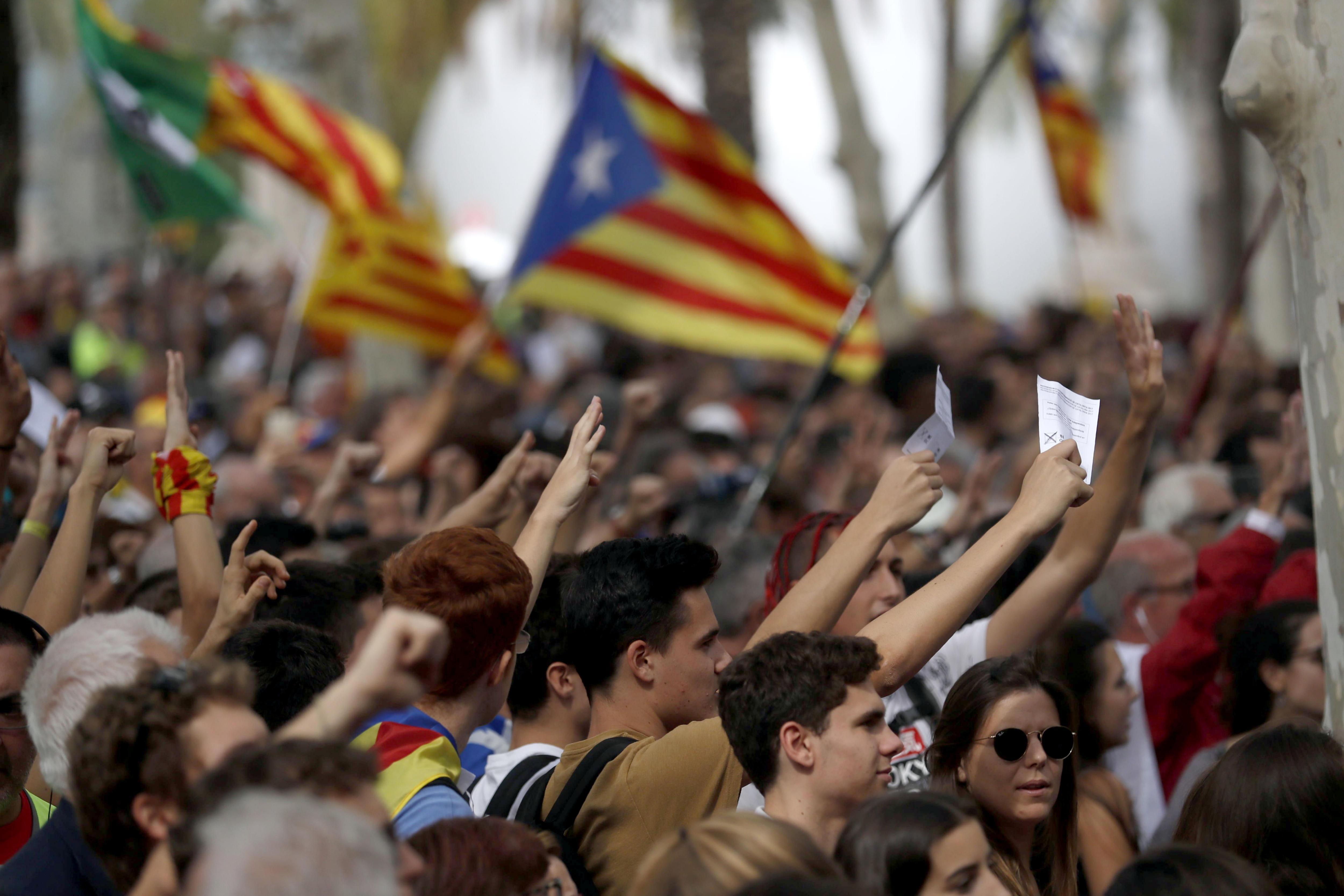 Un miler d'estudiants universitaris han tallat, aquest dijous, l'avinguda de la Diagonal de Barcelona. /EFE