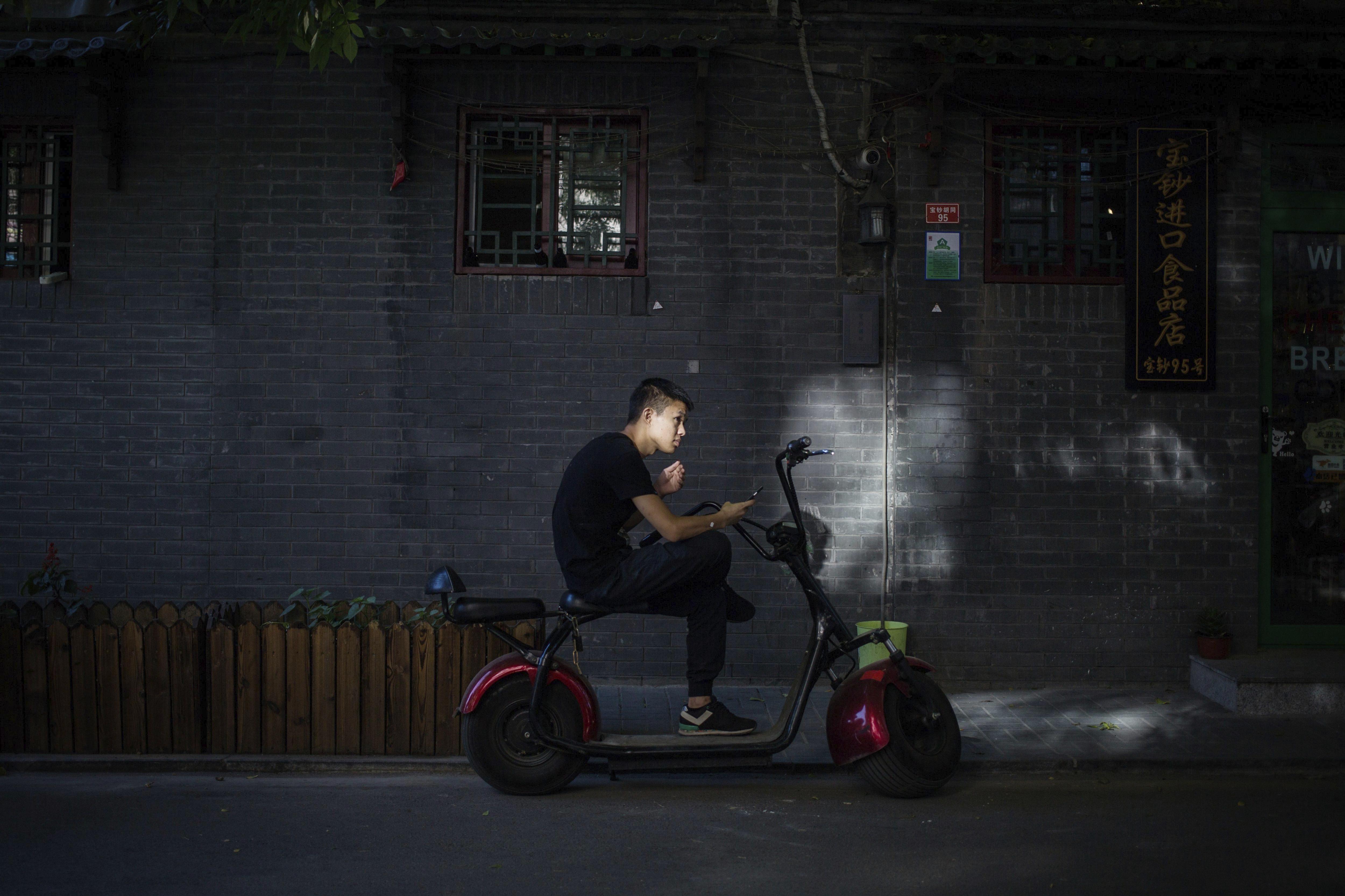Un home en motocicleta a Pequín (Xina). /ROMAN PILIPEY