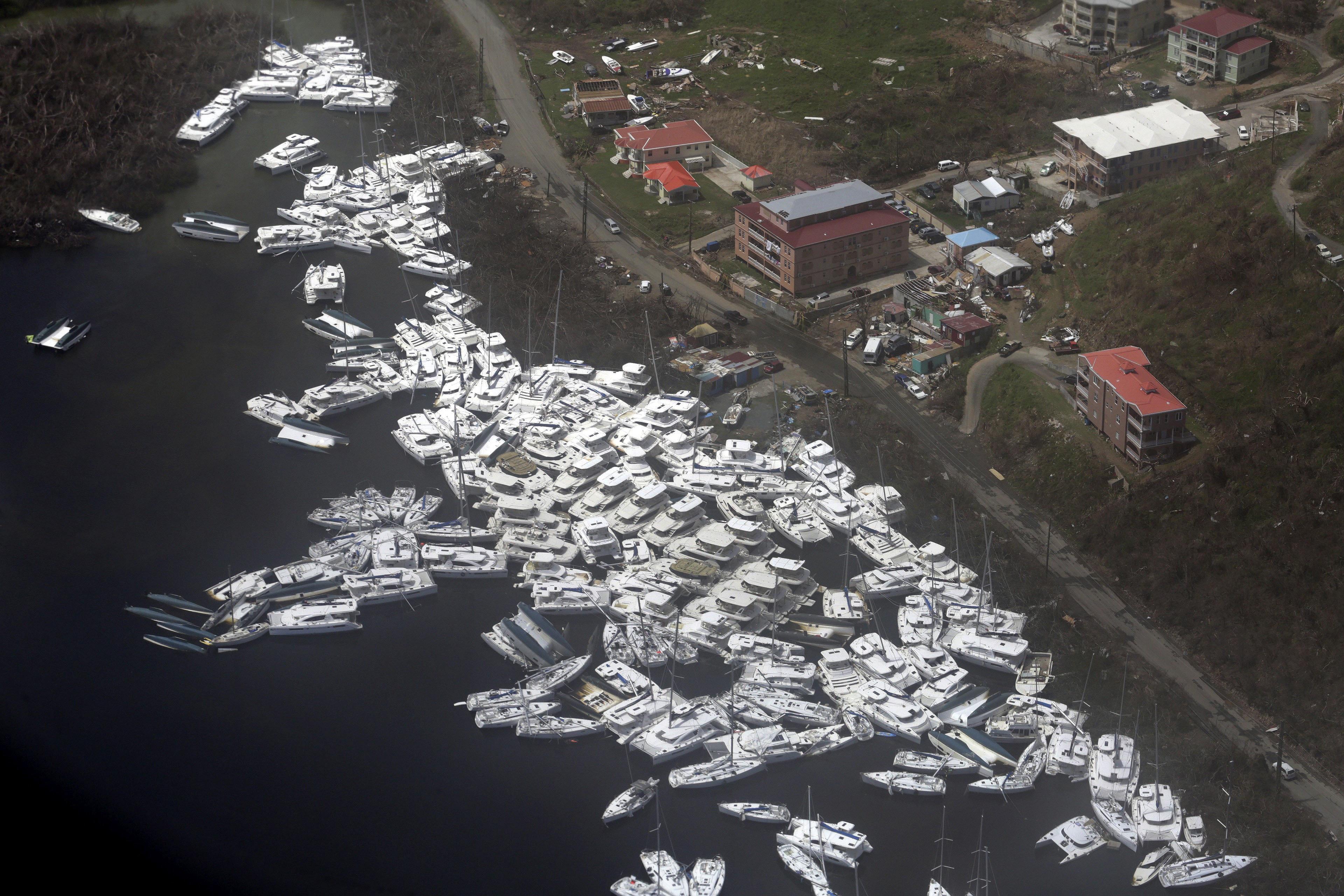 La devastació de les Illes Vergues s'observa des d'un vol d'ajuda de Caribbean Airlines després dels huracans Irma i Maria. /ANDREA DE SILVA