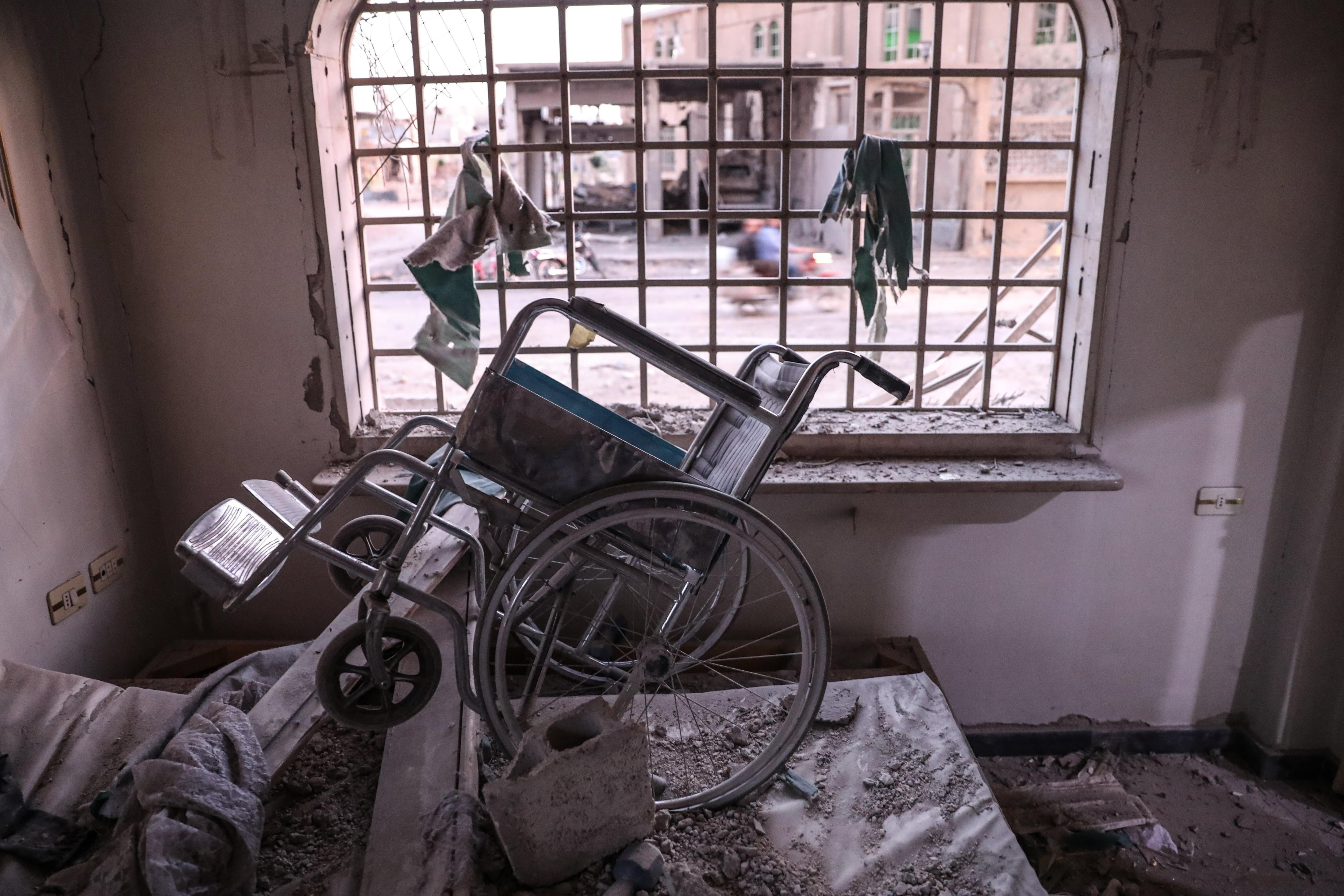 Fotografia de l'interior d'un centre per a ferits de medul·la espinal després d'un bombardeig a Duma (Síria). /MOHAMMED BADRA