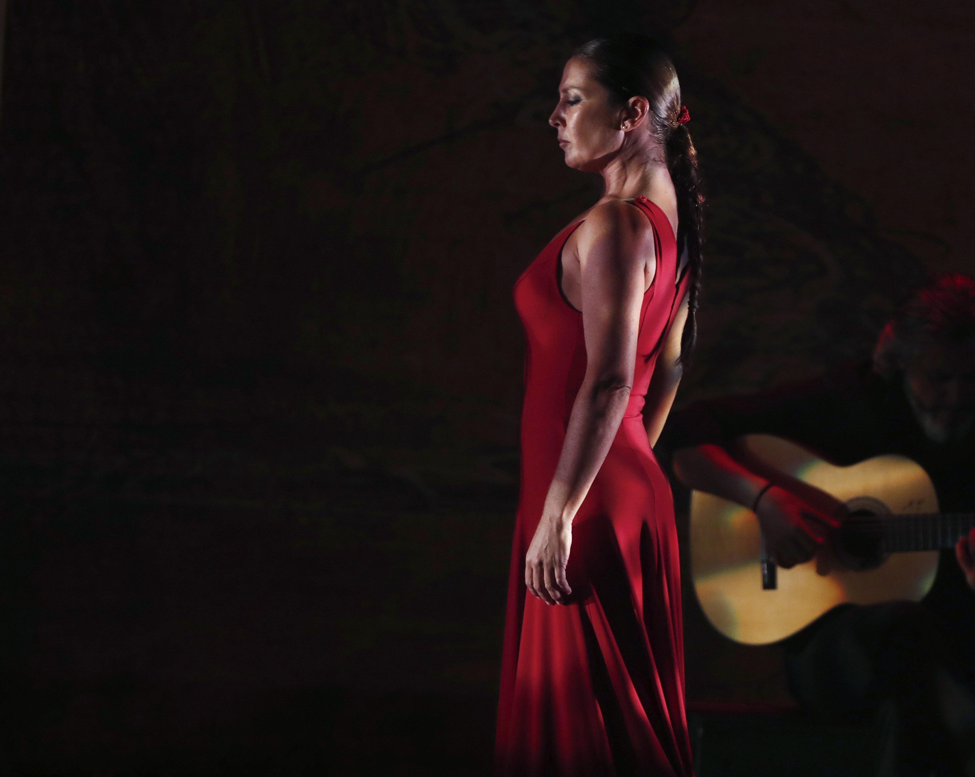 """La balladora gaditana Sara Baras, Premi Nacional de Dansa 2003, durant la presentació al Baluard de Pamplona del seu nou espectacle """"Ombres"""". /JESÚS DIGES"""