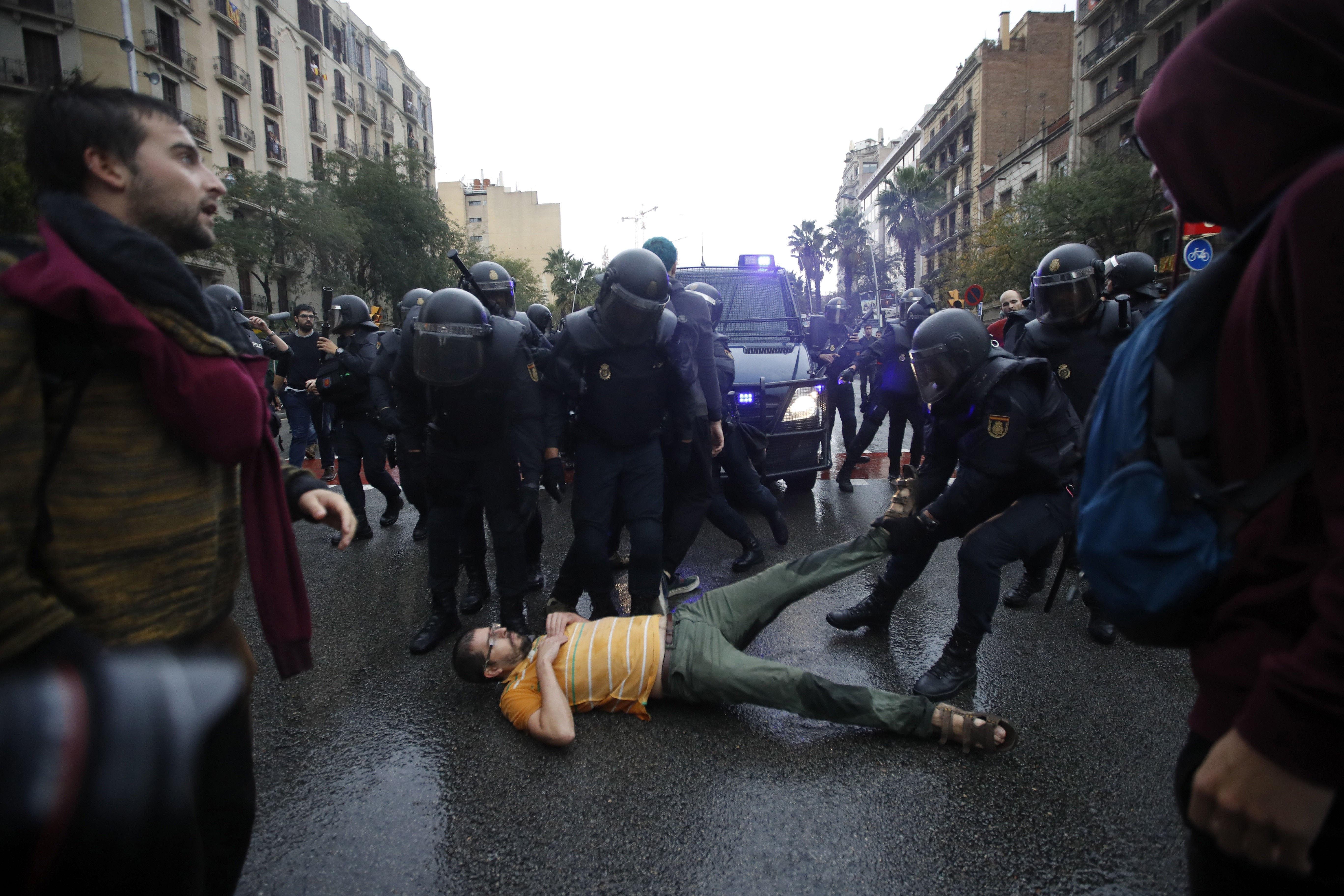 Agents antidisturbis de la Policia Nacional formen un cordó de seguretat als voltants del col·legi Ramón Llull de Barcelona. /ALBERTO ESTÉVEZ