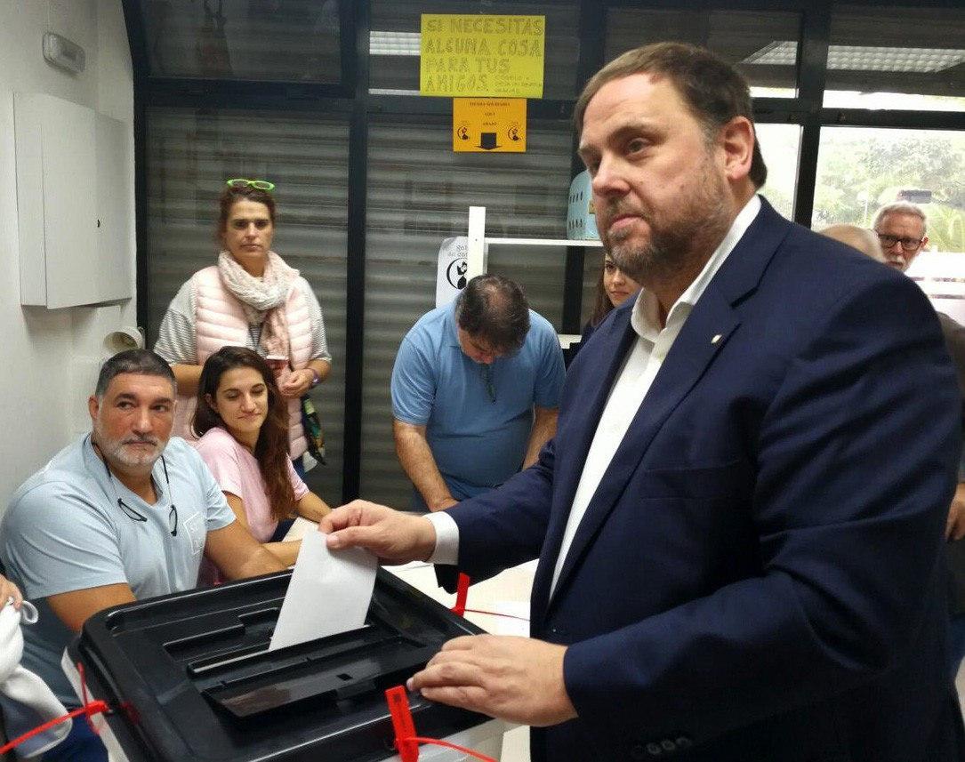 Fotografia publicada en el Twitter d'ERC del vicepresident del Govern, Oriol Junqueras, que ha votat en una escola de Sant Vicenç dels Horts (Barcelona).
