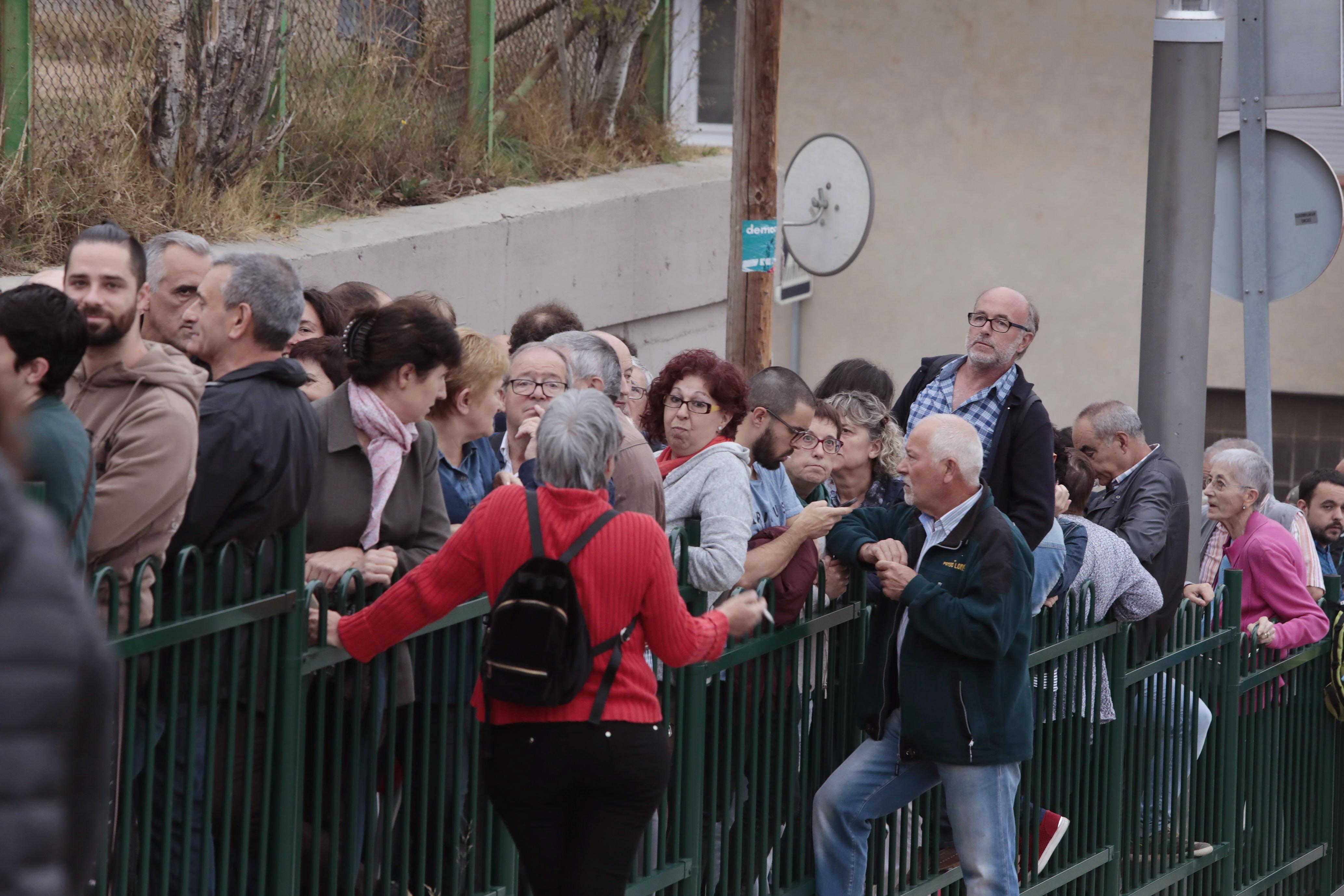 Desenes de persones fan cua des de les 5 del matí davant l'IES Montbui, de Santa Margarida de Montbui (Barcelona). /SUSANNA SÁEZ