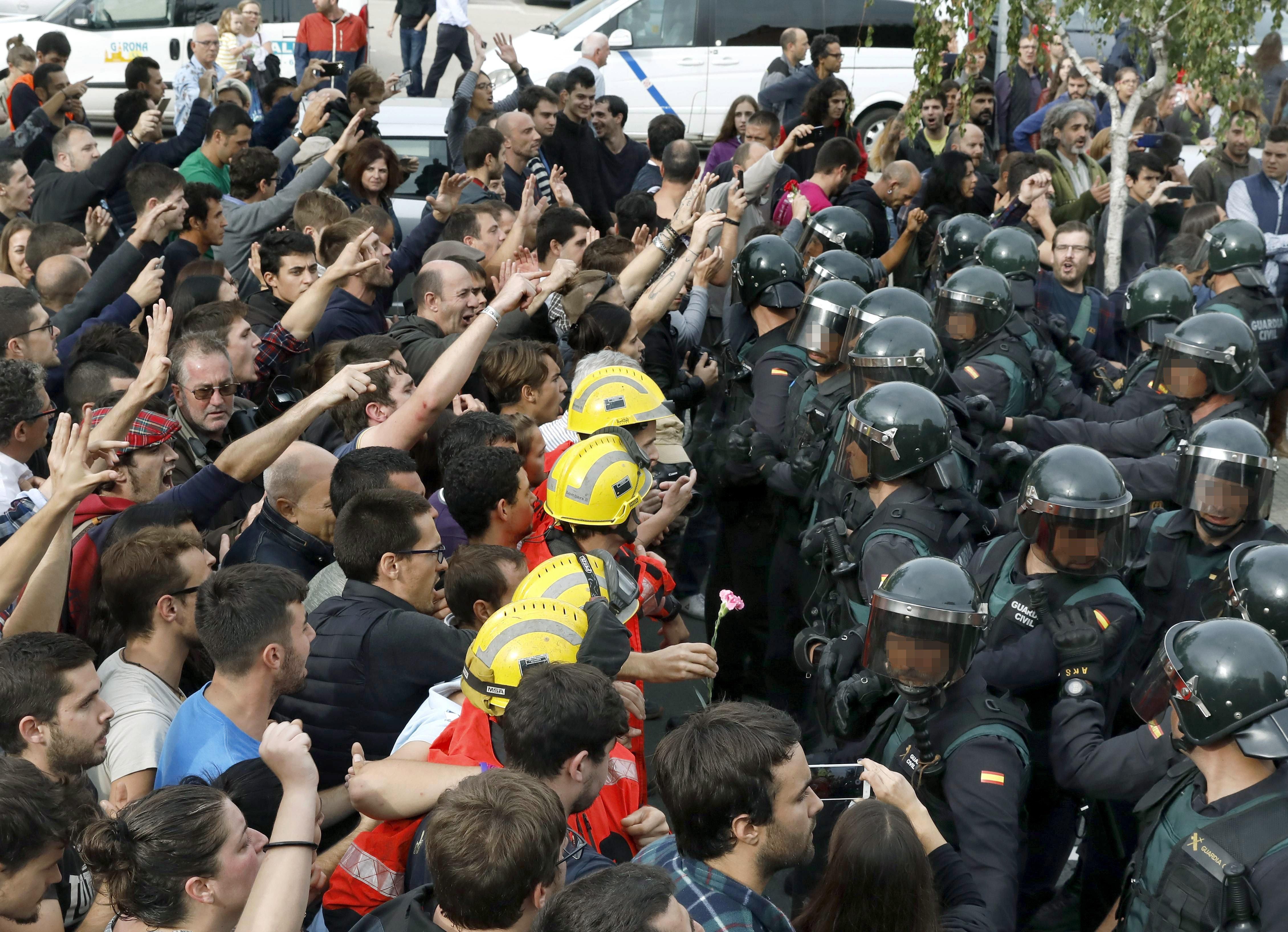 Incidents en el Pavelló Esportiu municipal de Sant Julia de Ramis (Girona). /ANDREU DALMAU