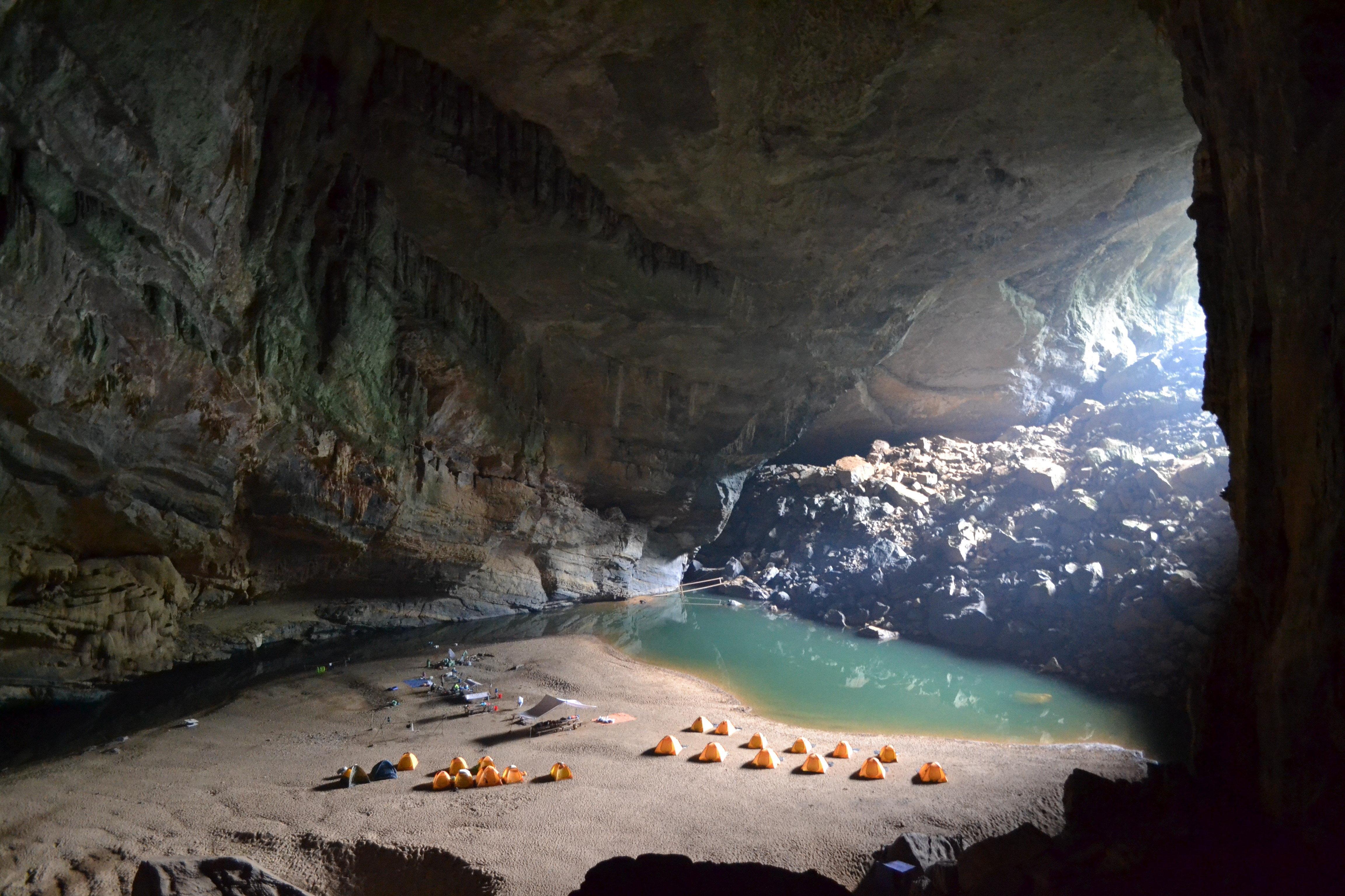 Cova de Hang En, considerada la tercera més gran del món, al parc natural de Phong Nha, al centre de Vietnam. Milers de vietnamites es manifesten perquè temen que el turisme de masses deteriori la zona. /ERIC SAN JUAN