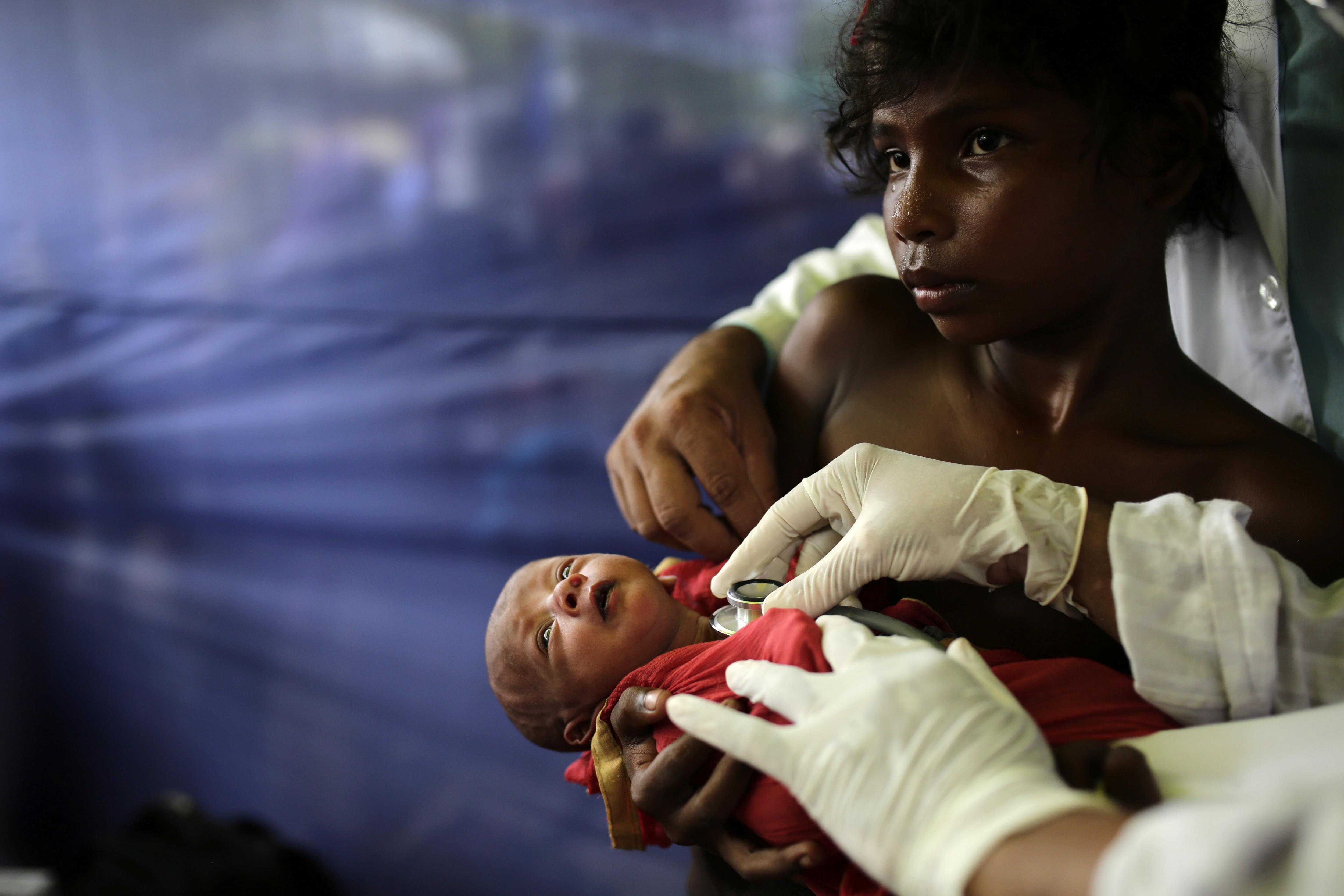 Un metge examina un nin de la minoria musulmana rohinyà a un camp de refugiats a Ukhiya (Bangladesh). /ABIR ABDULLAH