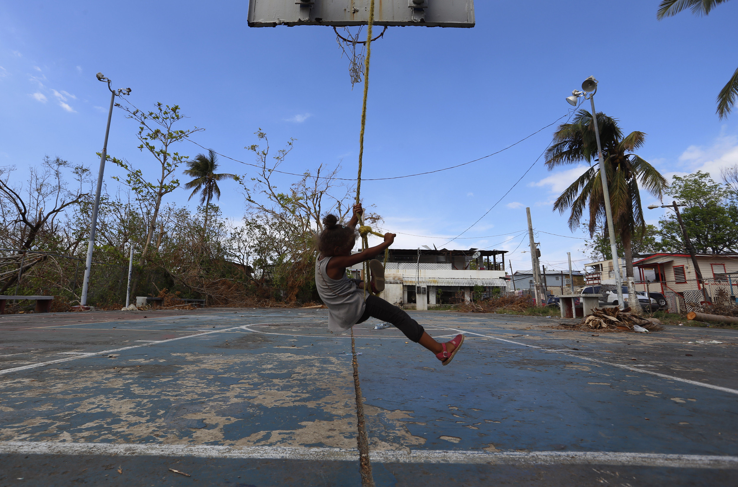 Una nina es gronxa en una pista de bàsquet després del pas de l'huracà MarIa a Puerto Rico. /THAIS LLORCA