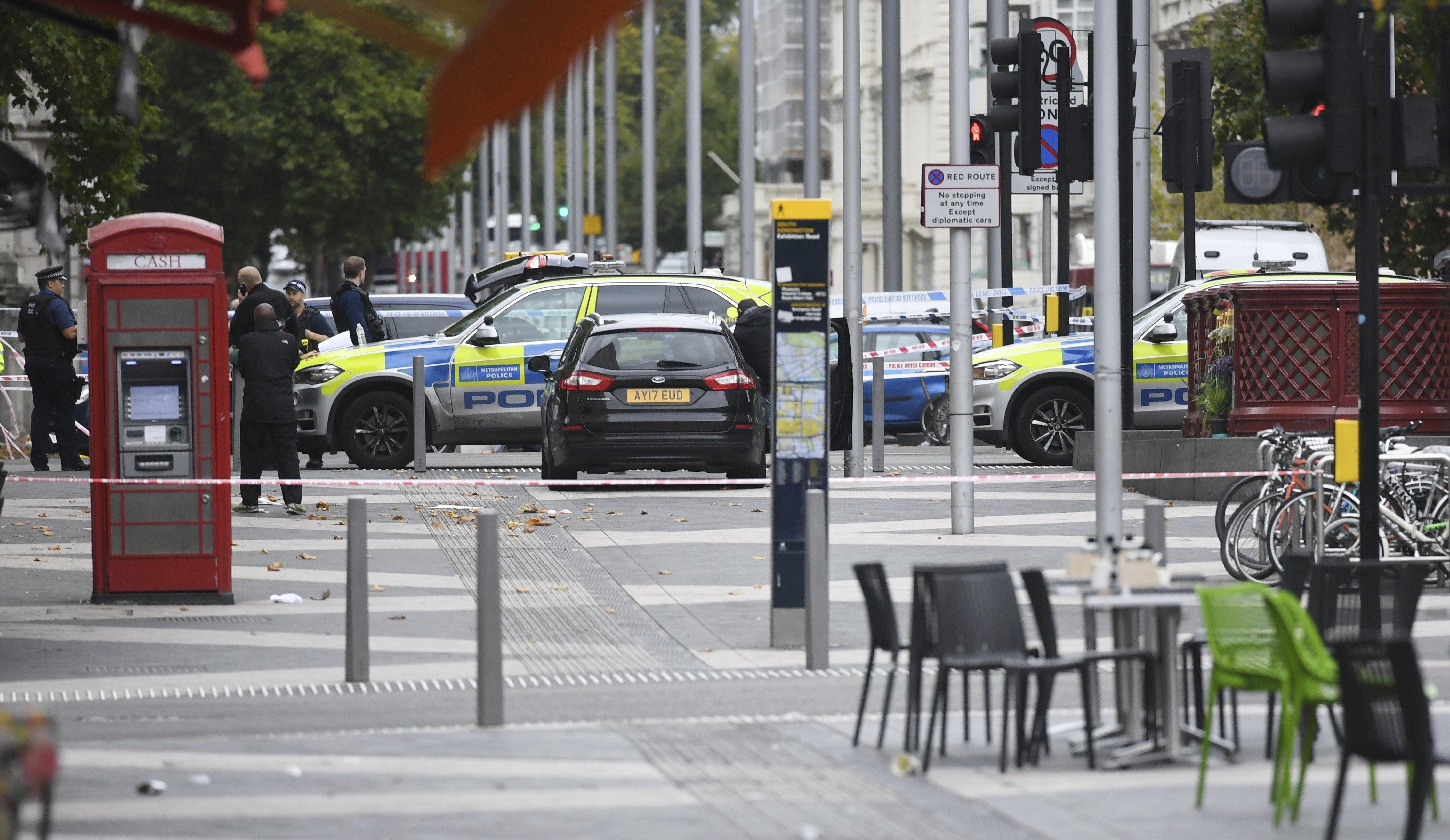 La Policia Metropolitana de Londres vigilen el Museu d'Història Natural. Diverses persones van resultar ferides aquest dissabte en ser atropellades per un vehicle. /FACUNDO ARRIZABALAGA