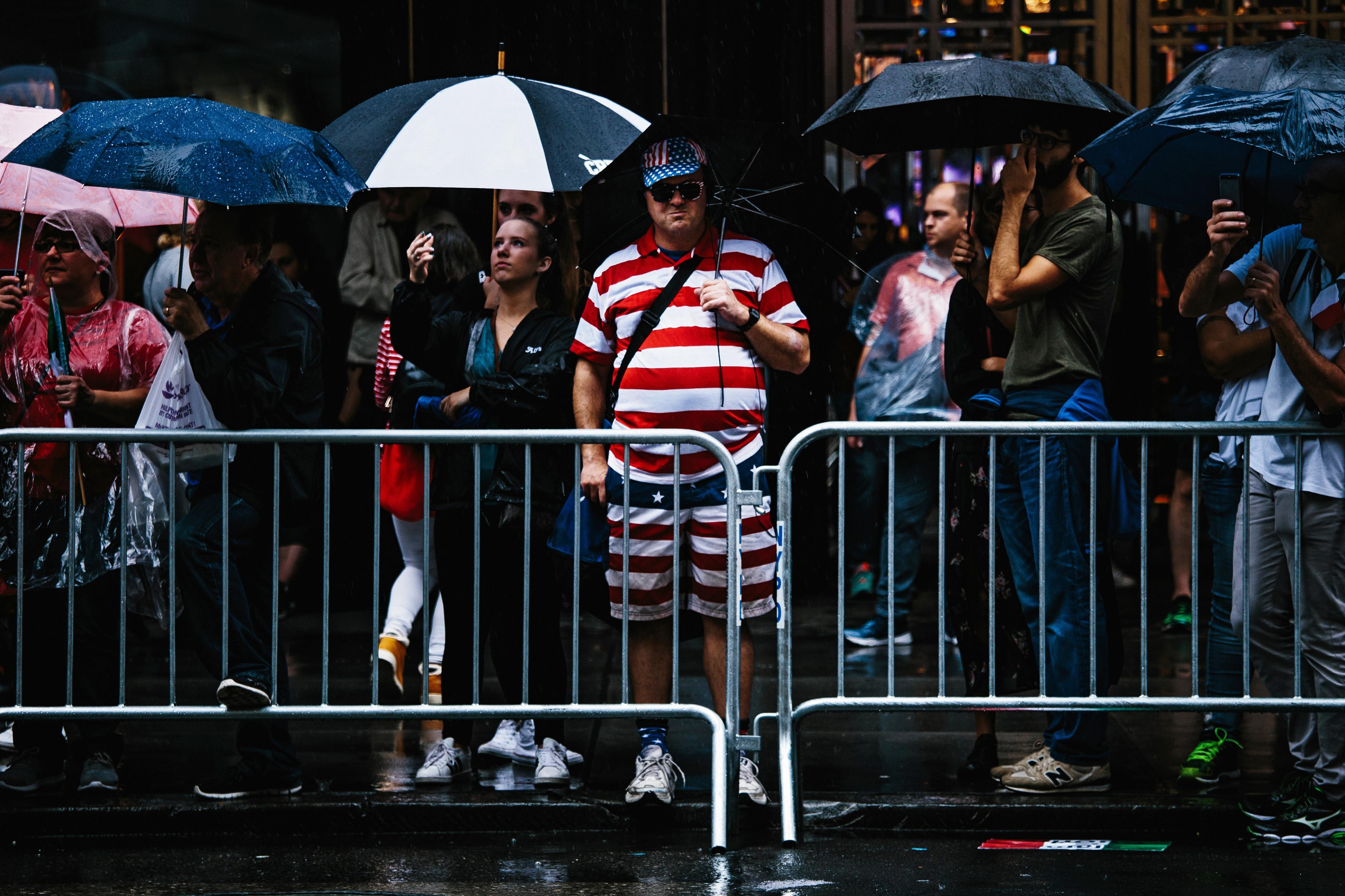 Un home vestit amb els colors de la bandera nord-americana assisteix a una marxa durant la Desfilada Anual del Columbus Day a Nova York (Estats Units). /ALBA VIGARAY