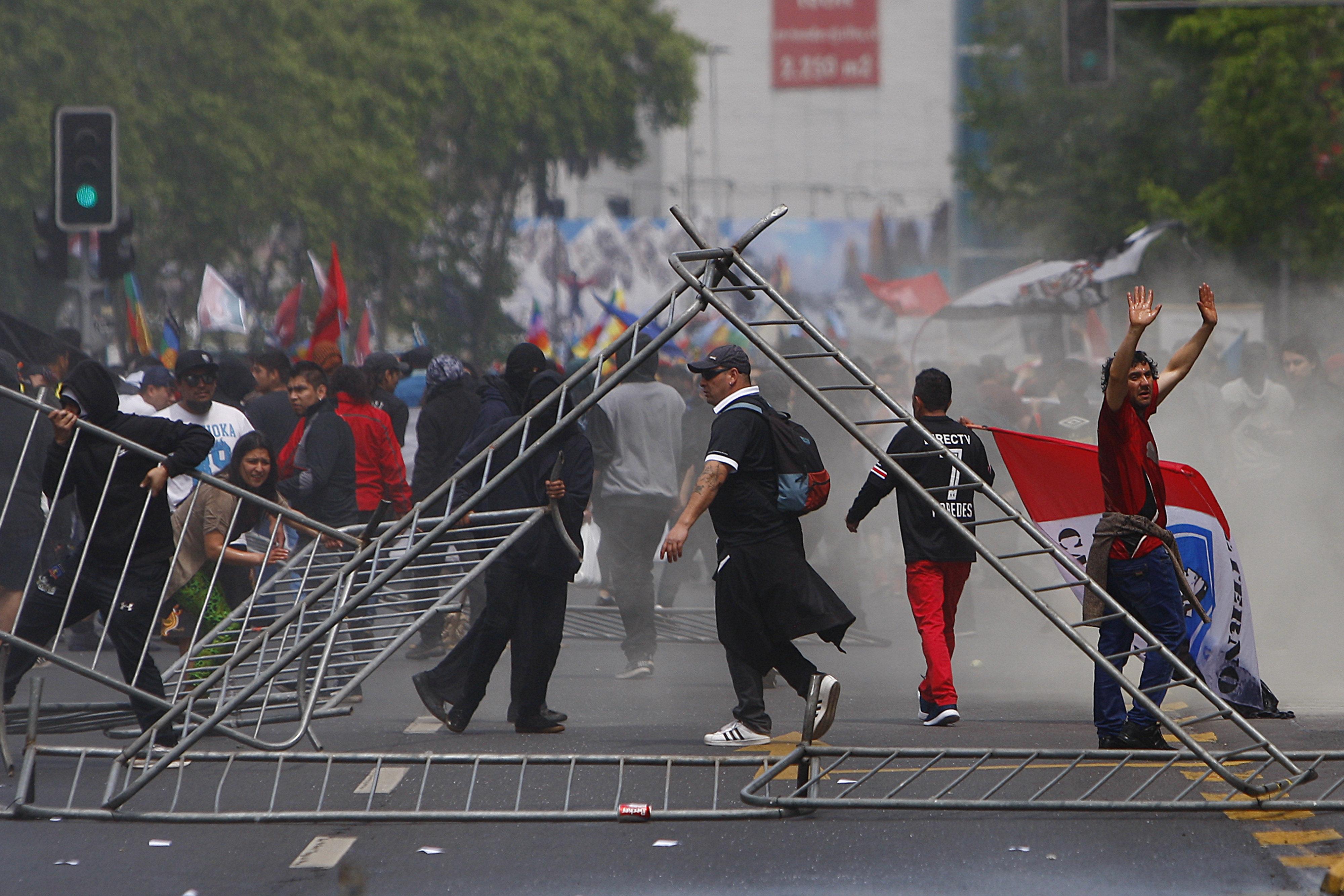 """Joves munten barricades durant una marxa a Santiago (Xile). Protesten contra el """"colonialisme"""" que, diuen, sofreix l'ètnia indígena de part de l'Estat. /ESTEBAN GARAY"""