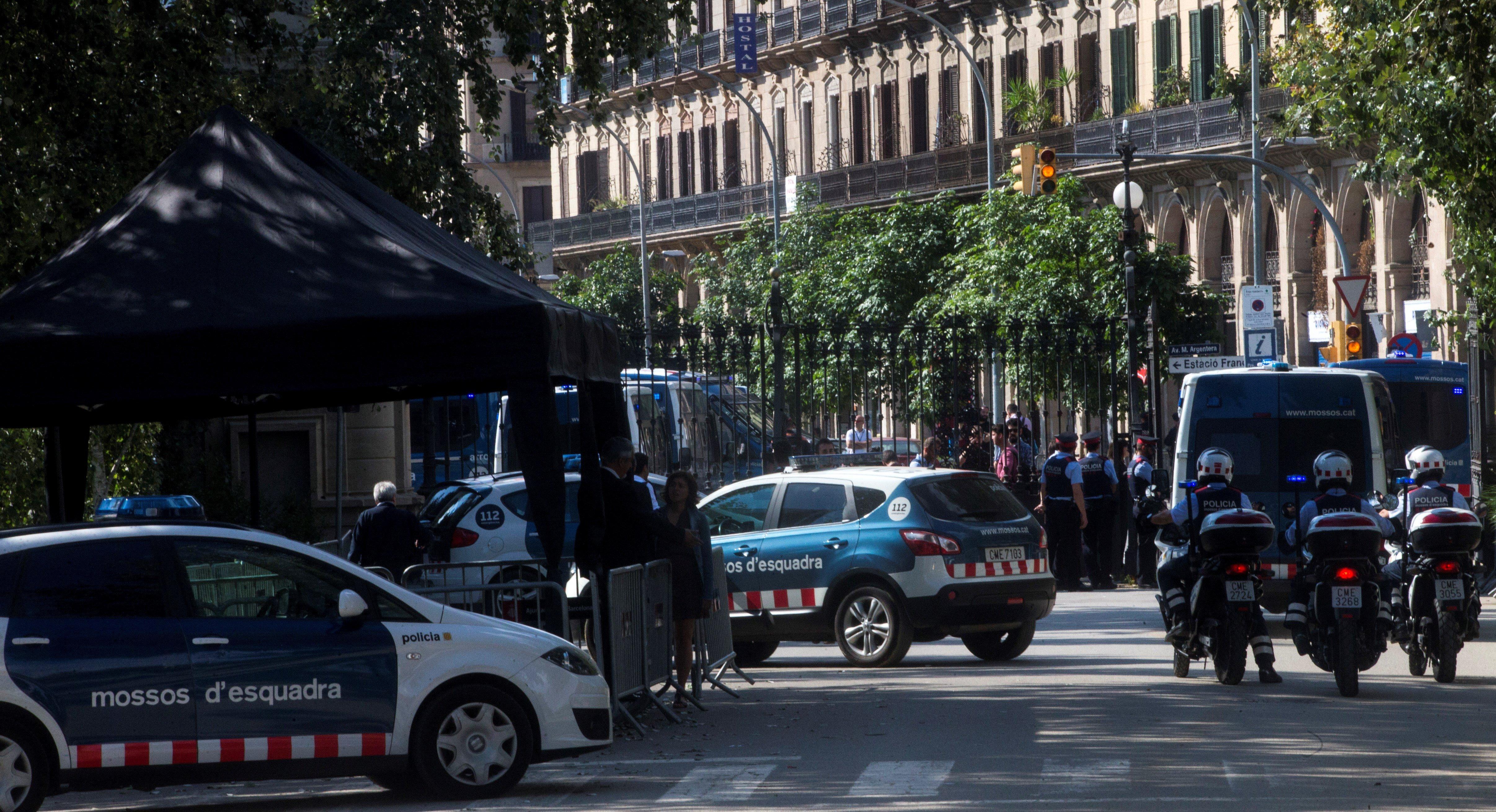 Els Mossos d'Esquadra custodien l'entrada del parc de Ciutadella, on es troba el Parlament de Catalunya. El president de la Generalitat, Carles Puigdemont, compareixerà a petició pròpia davant el ple del Parlament per traslladar els resultats de la jornada de l'1-O. /QUIQUE GARCÍA