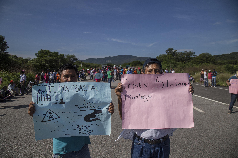 Habitants protesten per la contaminació per vessament de combustible a les costes d'Oaxaca (Mèxic). /LUIS VILLALOBOS