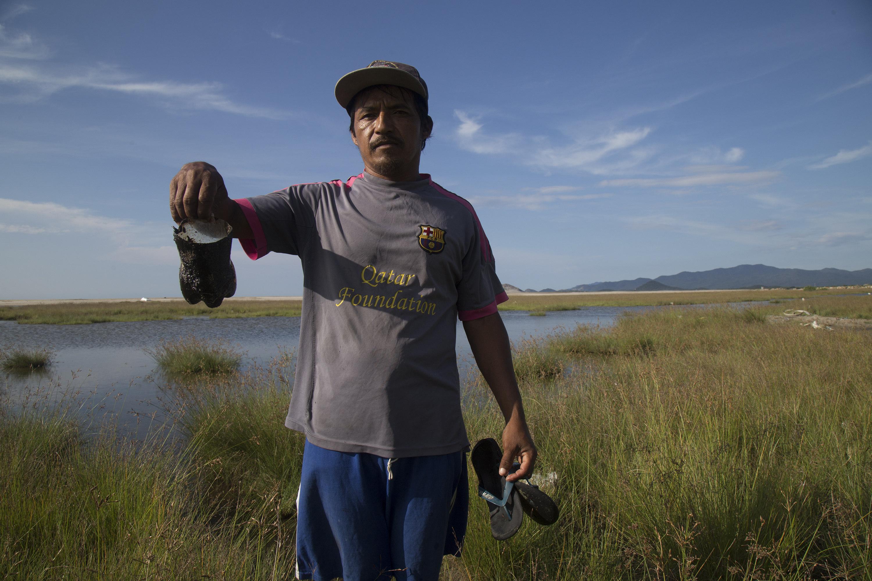 Un pescador mostra combustible vessat a la costa de Salina Cruz, a Oaxaca (Mèxic). /LUIS VILLALOBOS