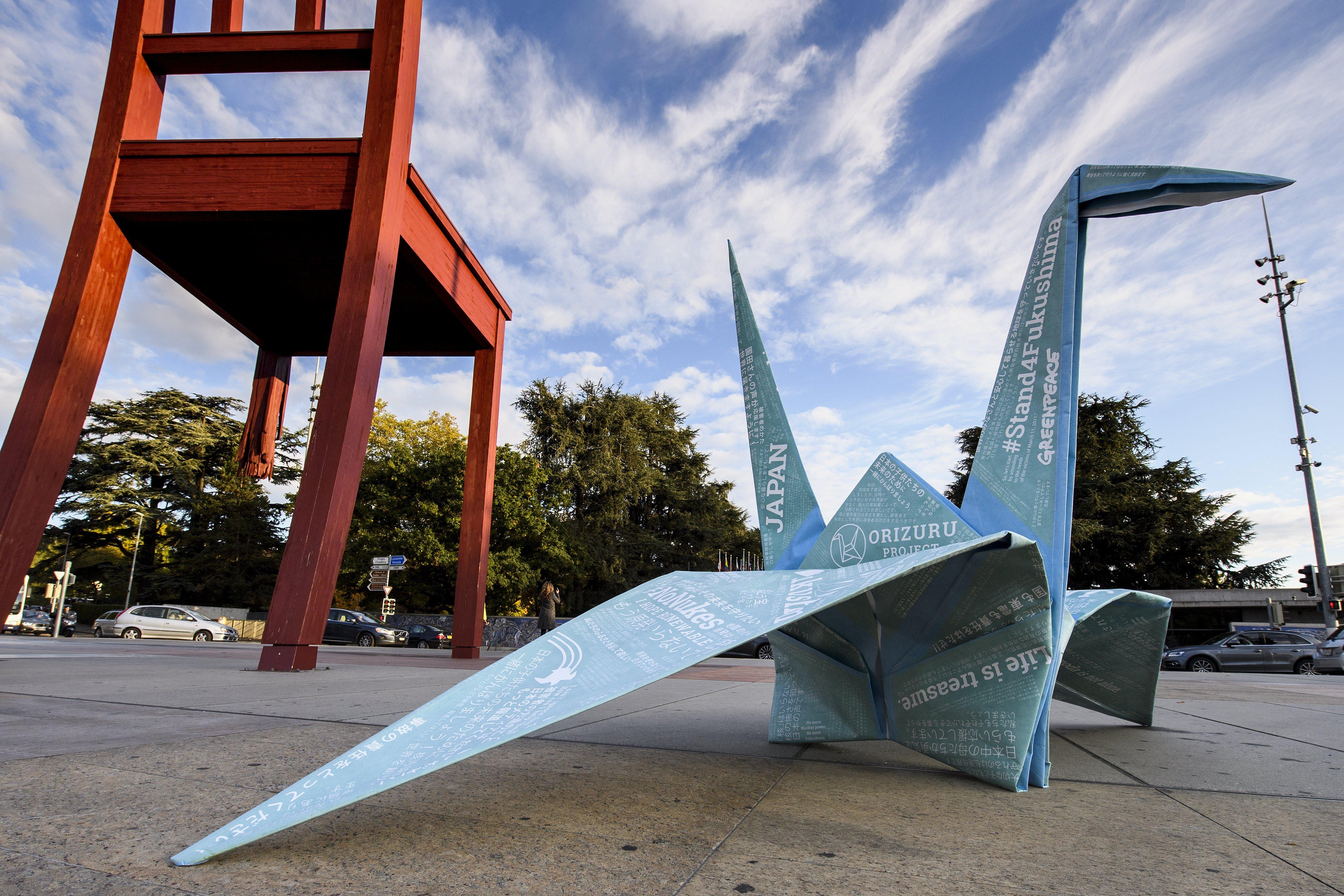 Vista d'una figura d'origami obra de Greenpeace enfront de la seu europea de l'ONU en Ginebra, Suïssa. L'acció intenta exposar la situació de les víctimes del desastre nuclear de Fukushima, especialment de les mares i famílies de la regió, 6 anys després de la pitjor catàstrofe nuclear després de Txernòbil./MARTIAL TREZZINI