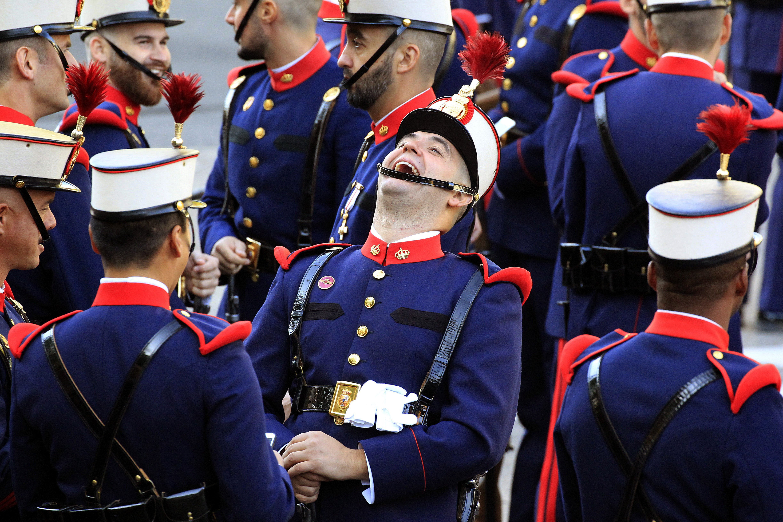 Components de la Guàrdia Real conversen animadament abans de l'inici de la desfilada del Dia de la Festa Nacional./Víctor Lerena
