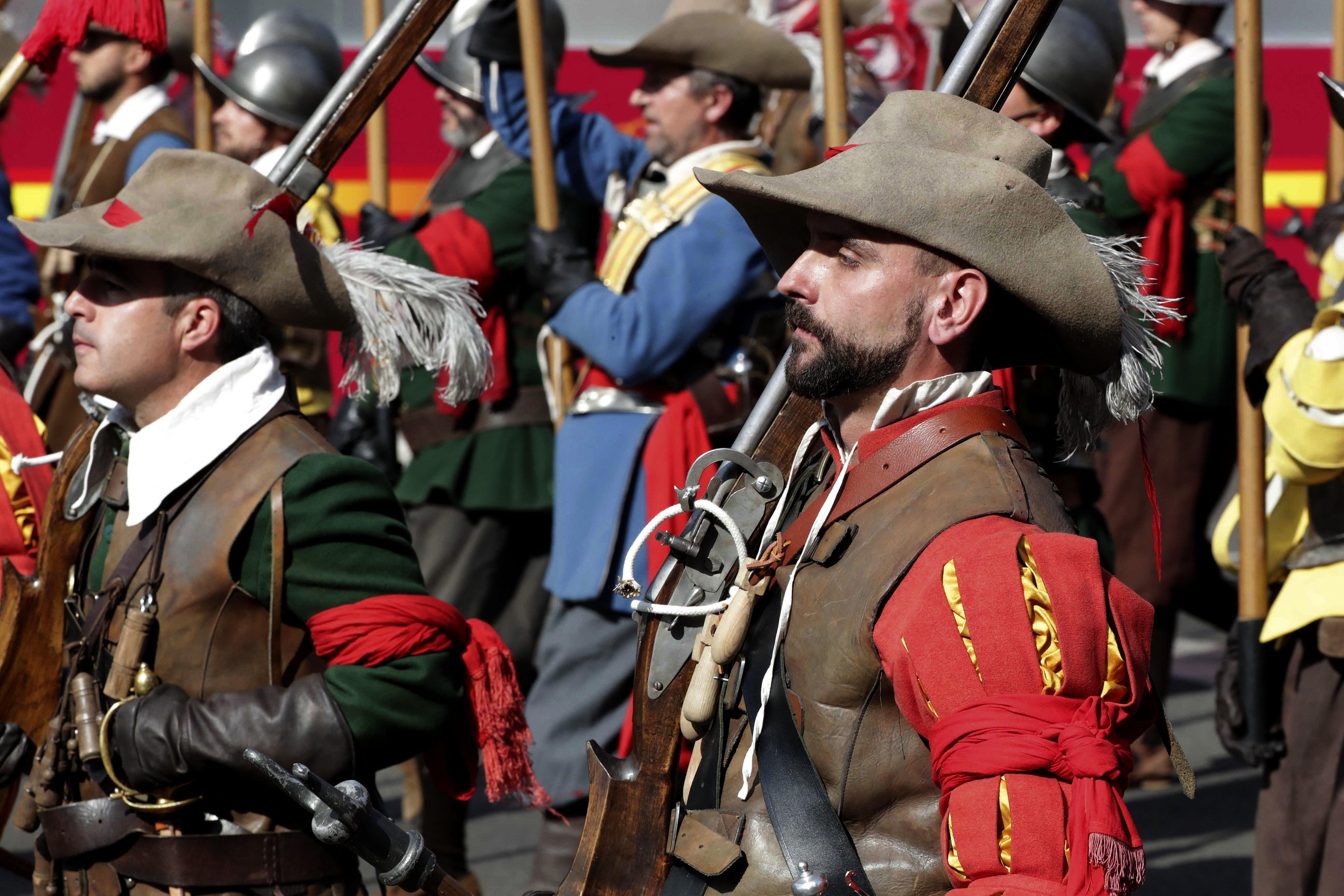 Un grup de soldats amb vestits i armes d'època, que representen l'anomenat Camí Espanyol, durant la desfilada del Dia de la Festa Nacional./Zipi