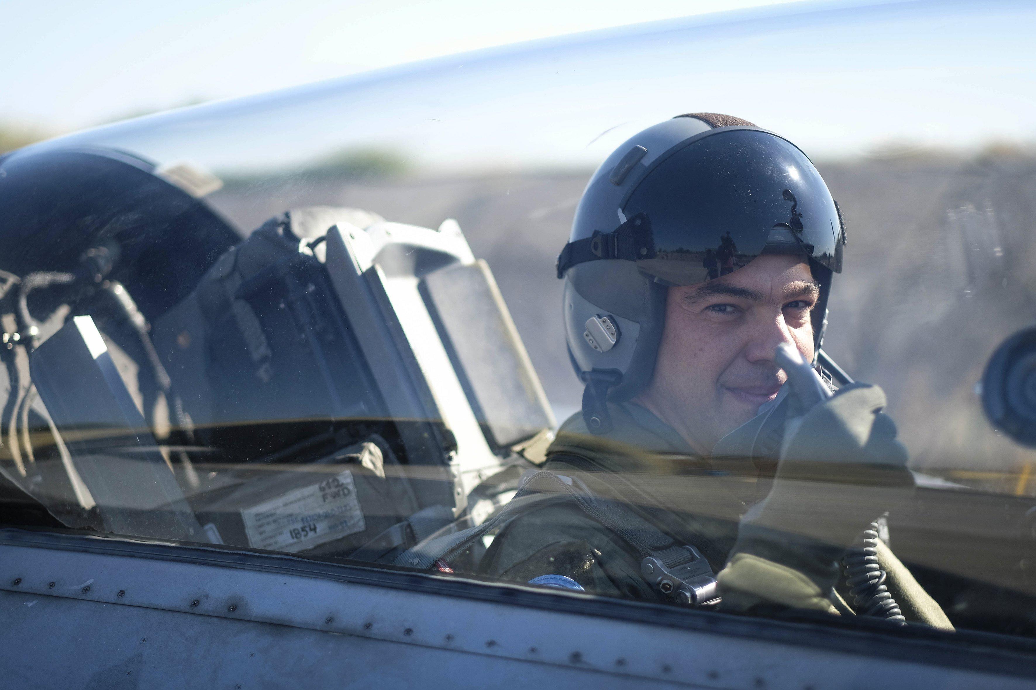 El primer ministre grec, Alexis Tsipras, es prepara abans de volar a un F16, a l'aeroport militar de Làrissa, a Grècia. Tsipras ha volat en un avió de combat F-16 mentre visitava l'ala de combat de la Força Aèria Hel·lènica en Làrissa./ANTREA BONETTI