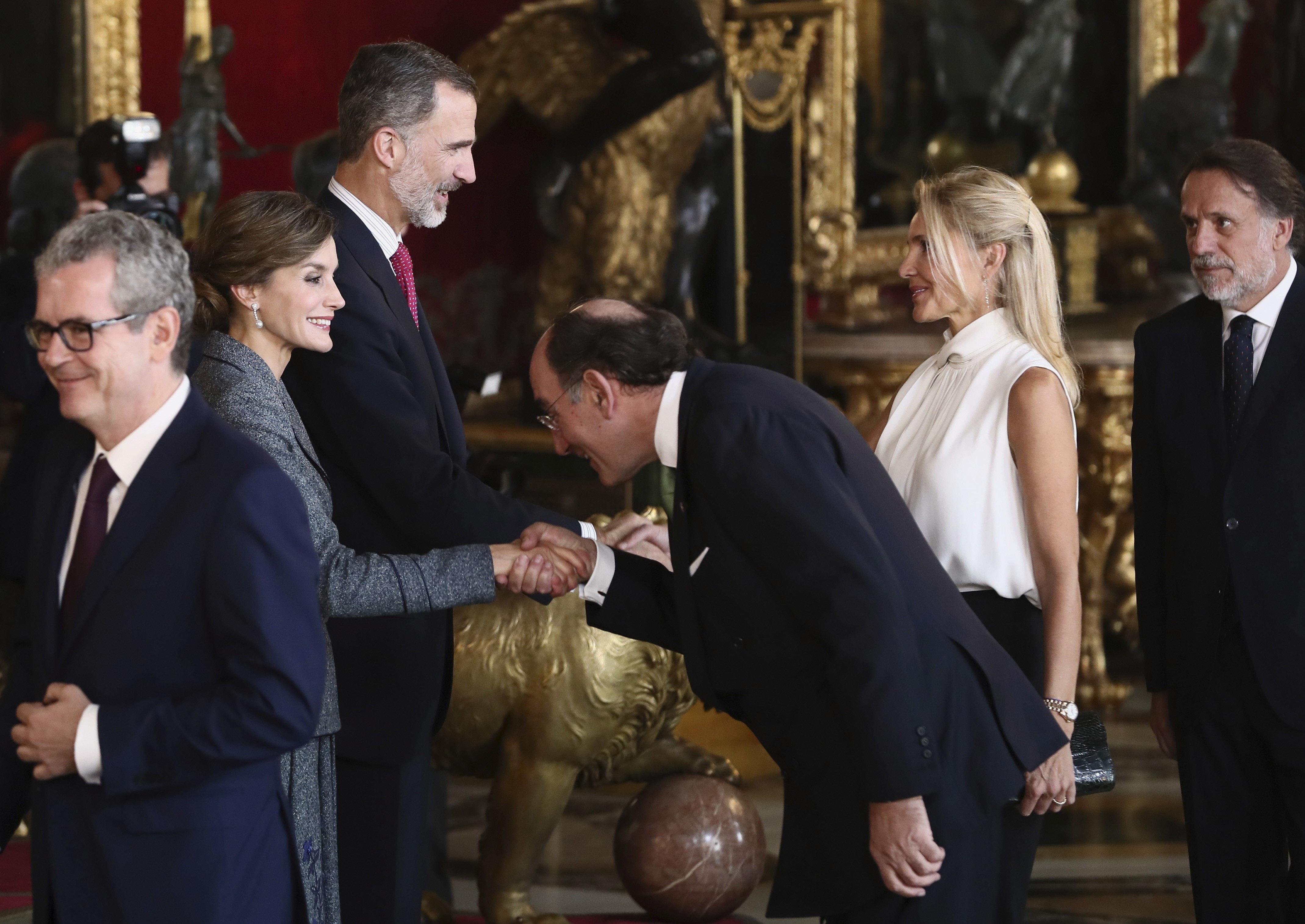 Els Reis saluden al president d'Iberdrola, Ignacio Sánchez Galán, a la seva arribada a la tradicional recepció oferta aquest dijous al Palau Real amb motiu del Dia de la Festa Nacional./Mariscal