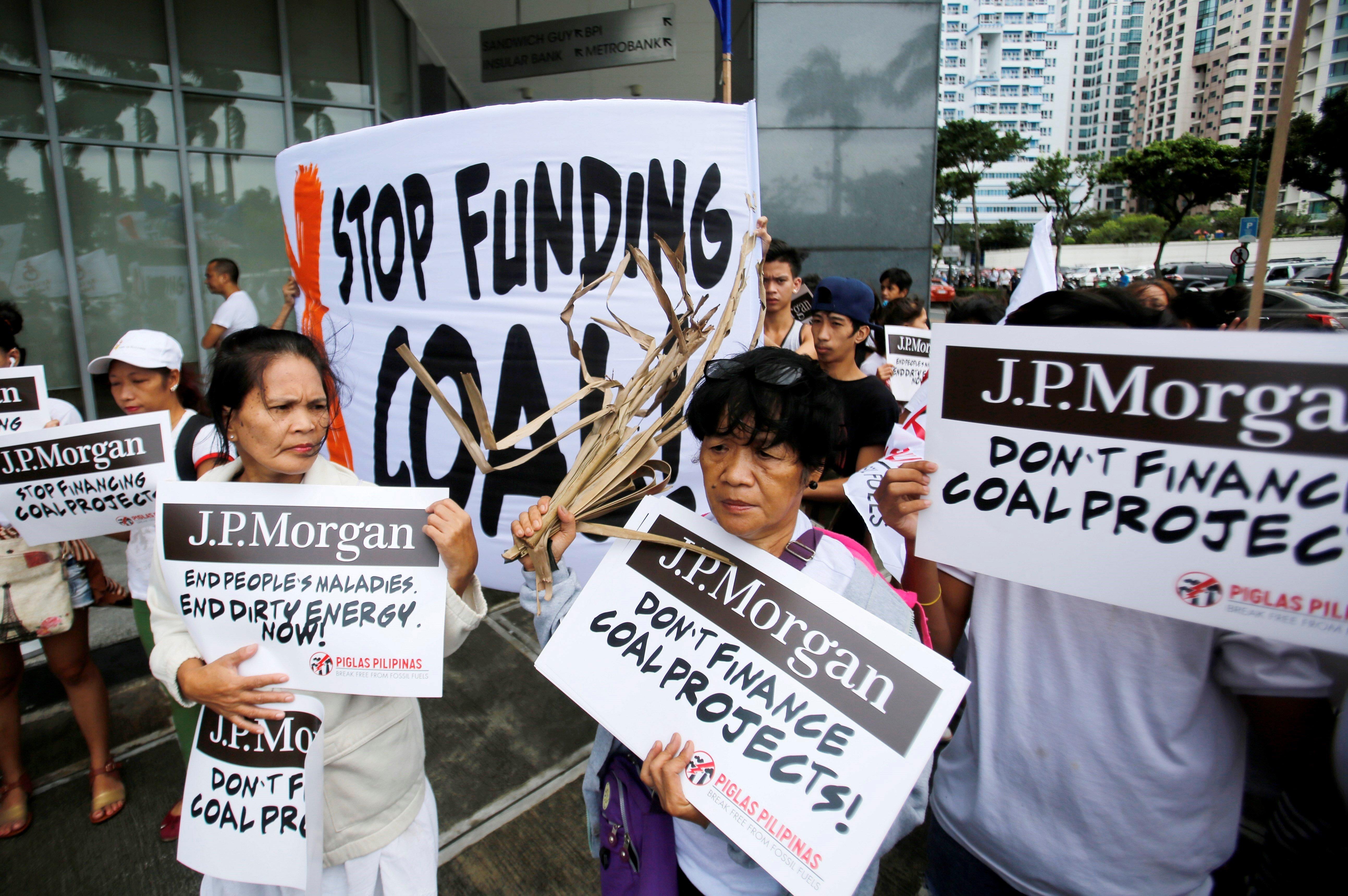 Defensors del medi ambient participen en una manifestació contra el finançament d'una planta energètica operada amb carbó per JP Morgan, en Taguig, Filipines. /FRANCIS R. MALASIG