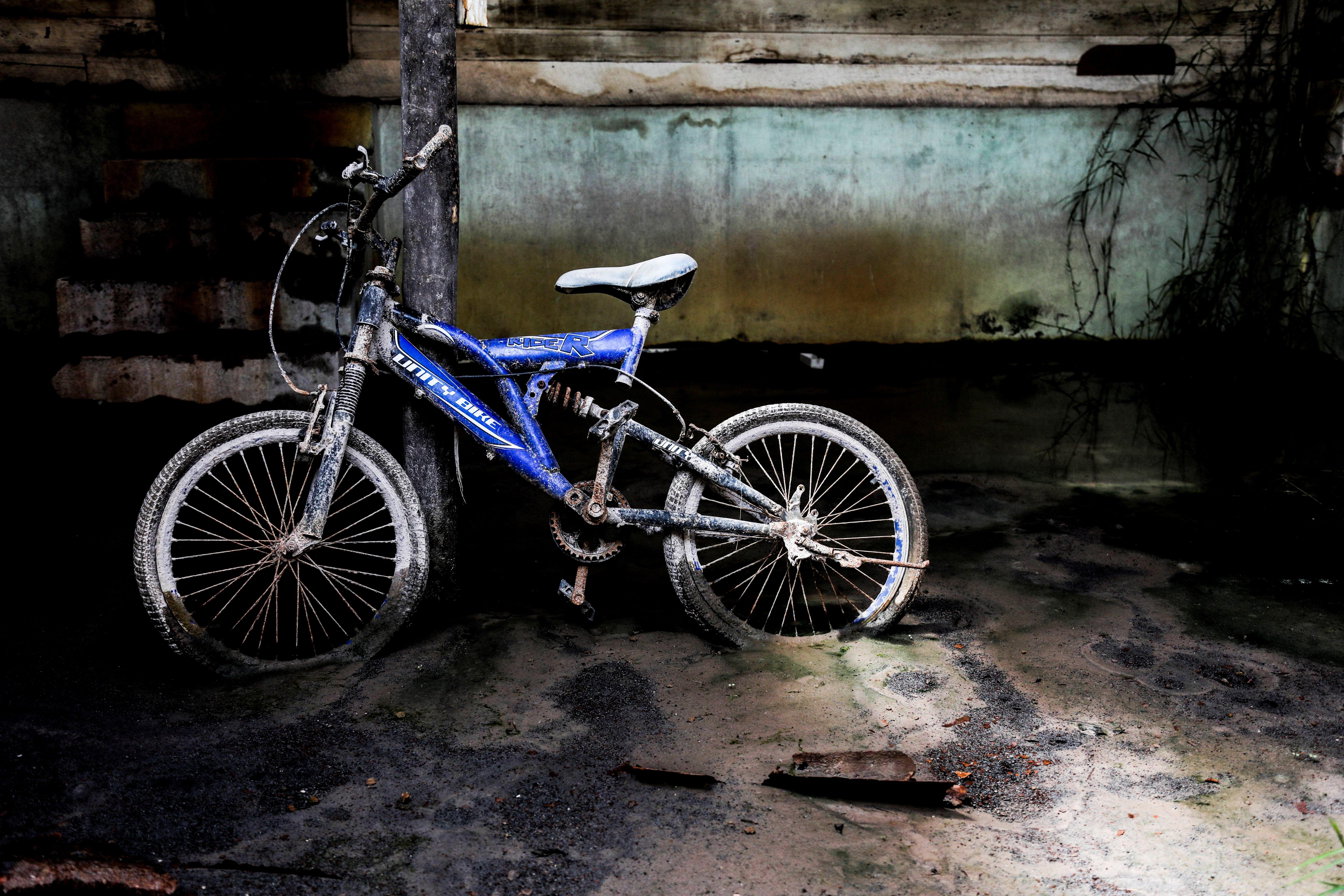 Una bicicleta a l'interior d'una casa deshabitada al poble de Sukanalu, evacuat després que el volcà Sinabung entrés en erupció el passat 1 d'octubre, al nord de l'illa de Sumatra (Indonèsia). /DEDI SINUHAJI