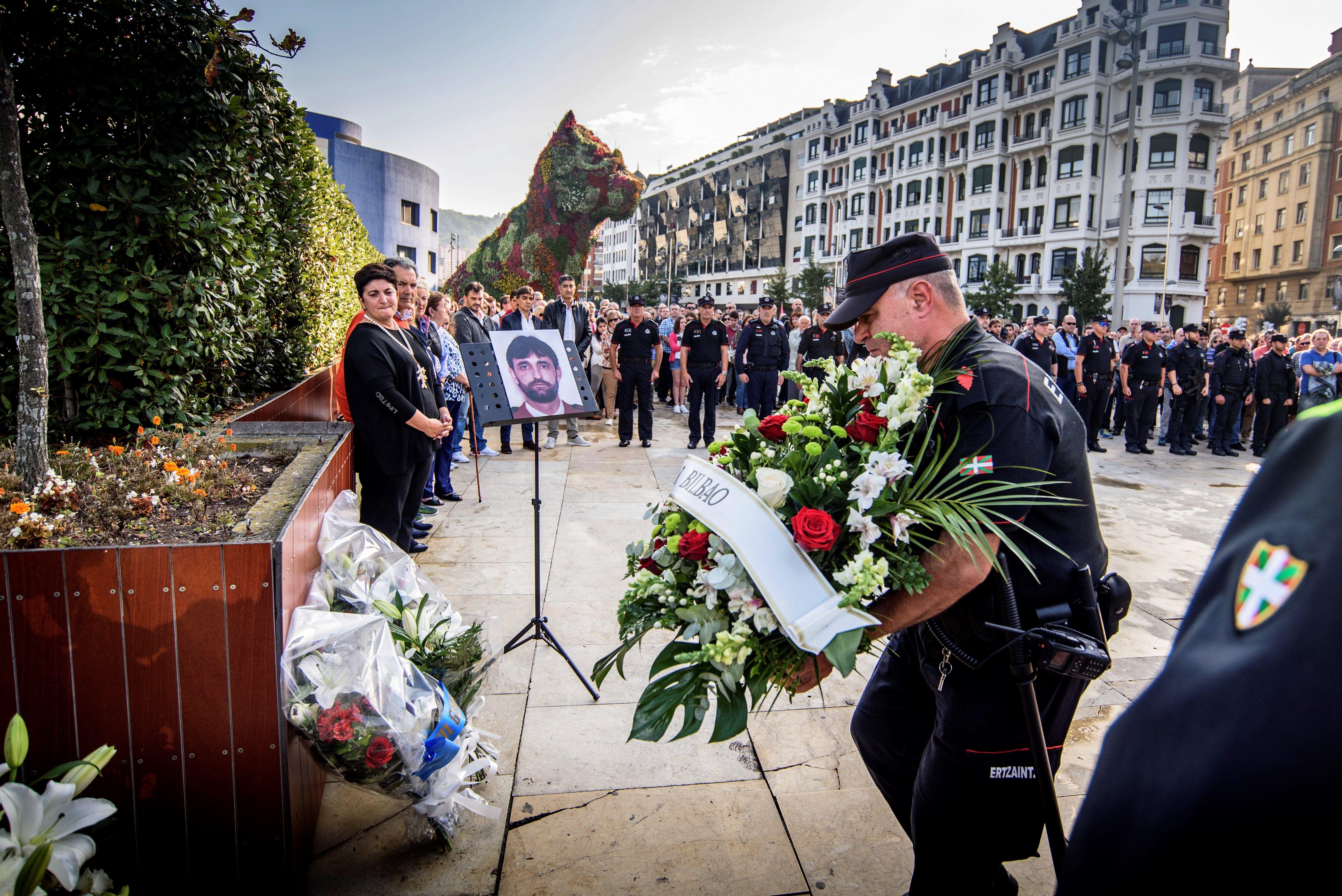 Homenatge a l'agent de l'Ertzaintza, Txema Agirre, assassinat per ETA. /JAVIER ZORRILLA