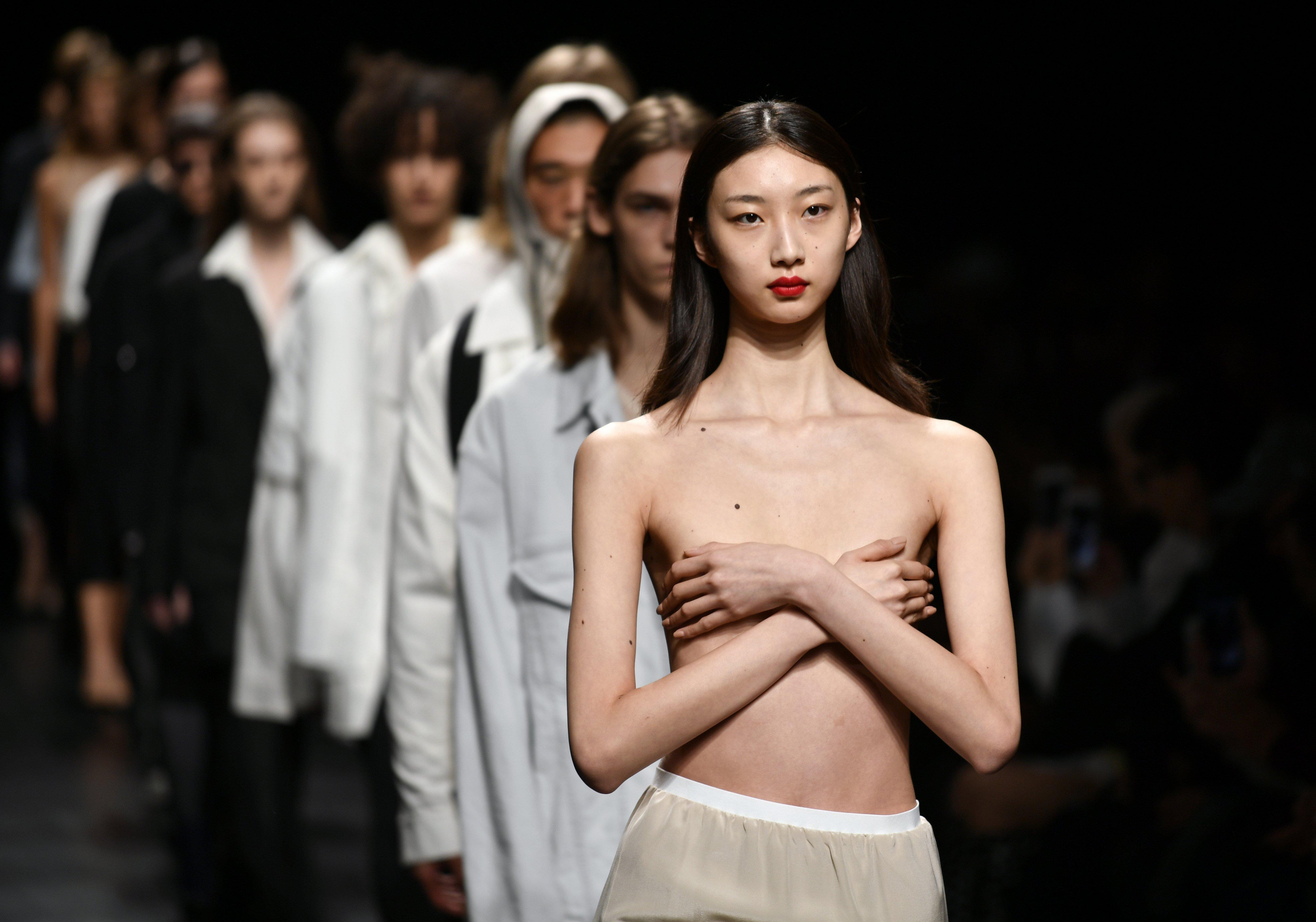 Models presenten les creacions per a la col·lecció per a primavera i estiu de 2018 dels dissenyadors japonesos Takeshi Kitazawa i Emiko Sato per a la firma 'DRESSEDUNDRESSED', durant la Setmana de Moda de Tòquio, al Japó./FRANCK ROBICHON