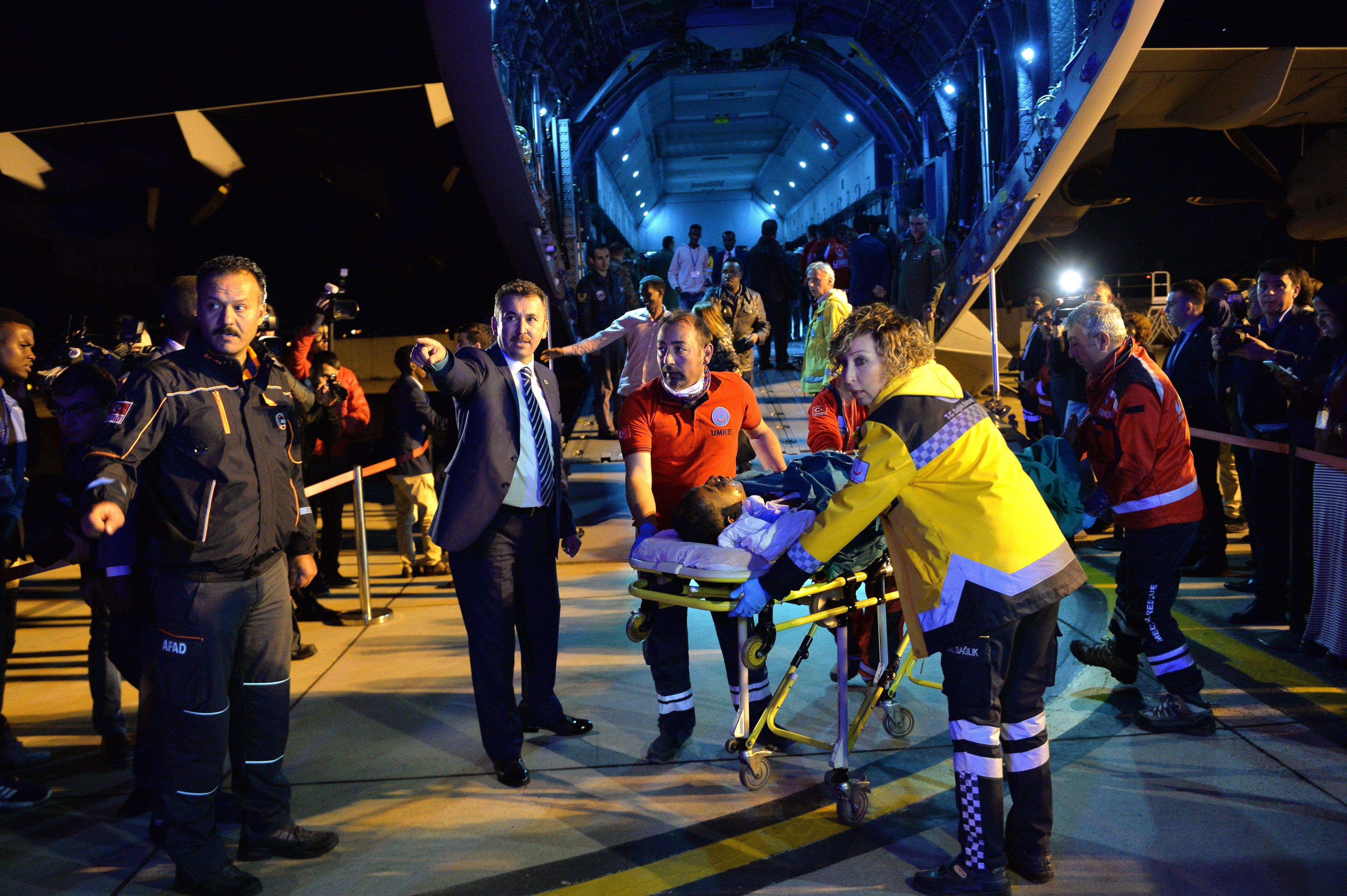 Paramèdics turcs atenen a persones ferides que arriben des de Somàlia a l'aeroport militar Etimesgut d'Ankara, a Turquia. La xifra de morts de l'atac bomba del passat 14 d'octubre puja a almenys 230, convertint-se en l'atac més mortal a la història recent de Somàlia./STR