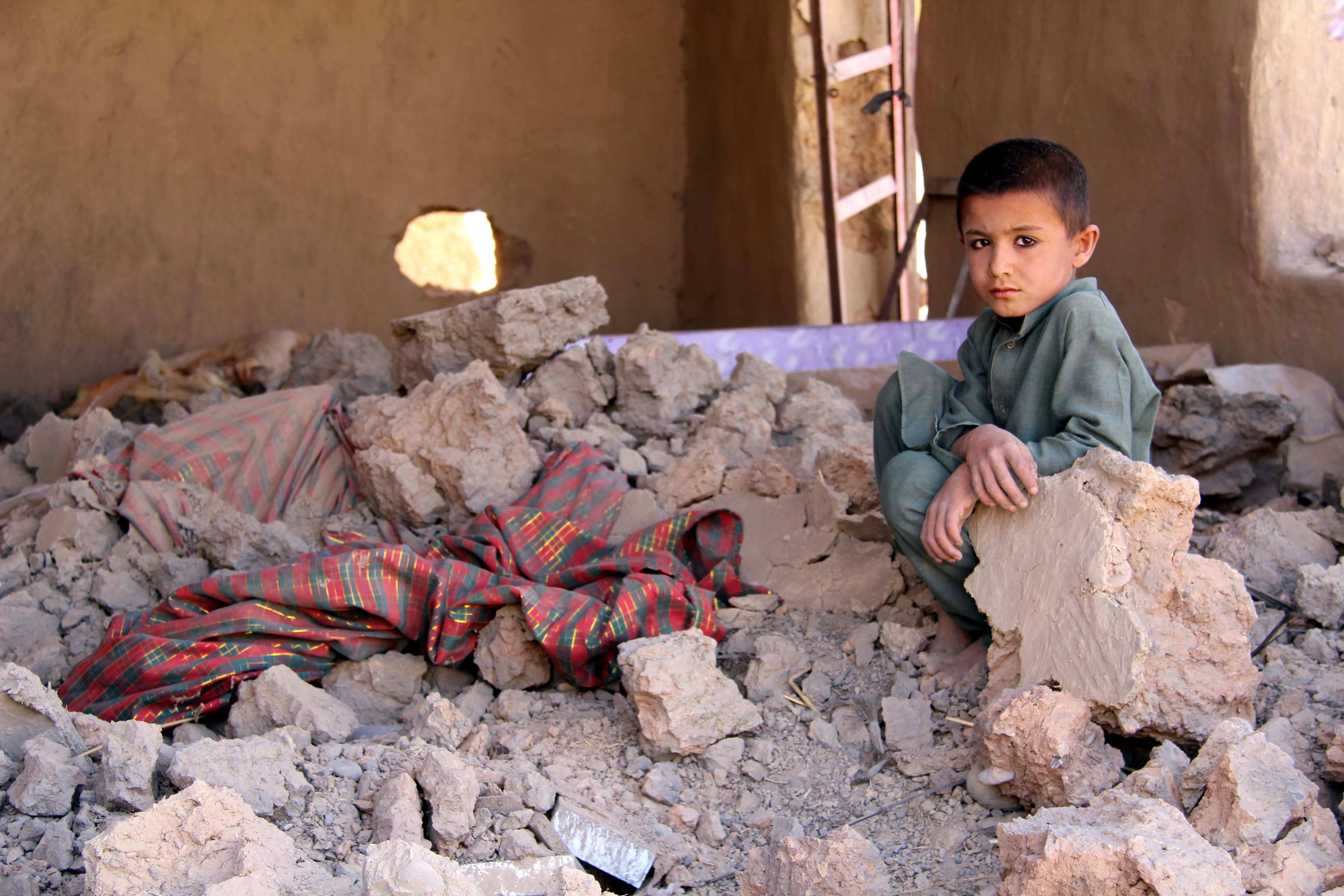 Un centenar de civils tornen als seus devastats llogarets a la província de Helmand, Afganistan. /WATAN YAR