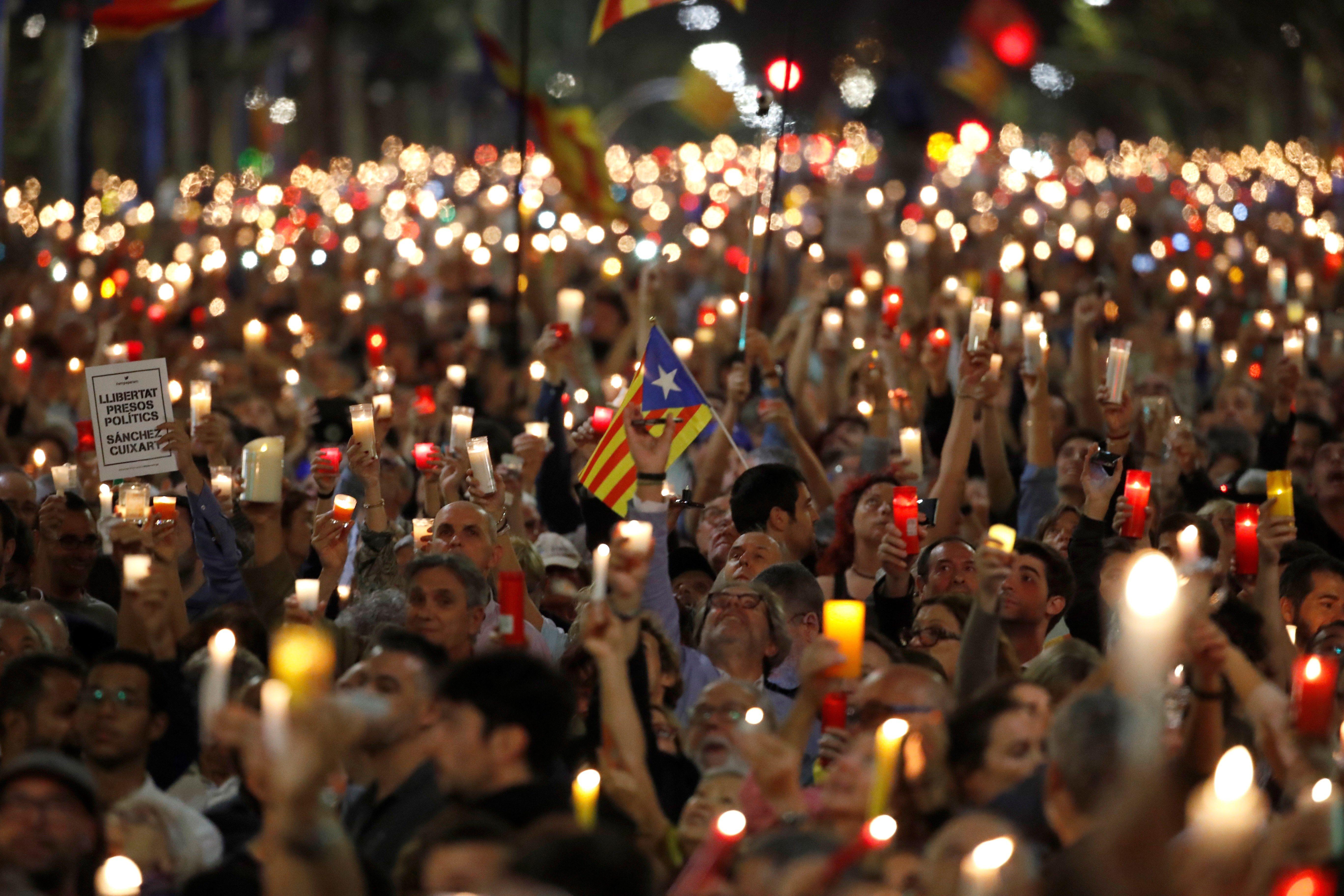 Milers persones es manifestaren ahir a la Diagonal de Barcelona contra l'empresonament de Cuixart i Sánchez. /ALBERTO ESTÉVEZ