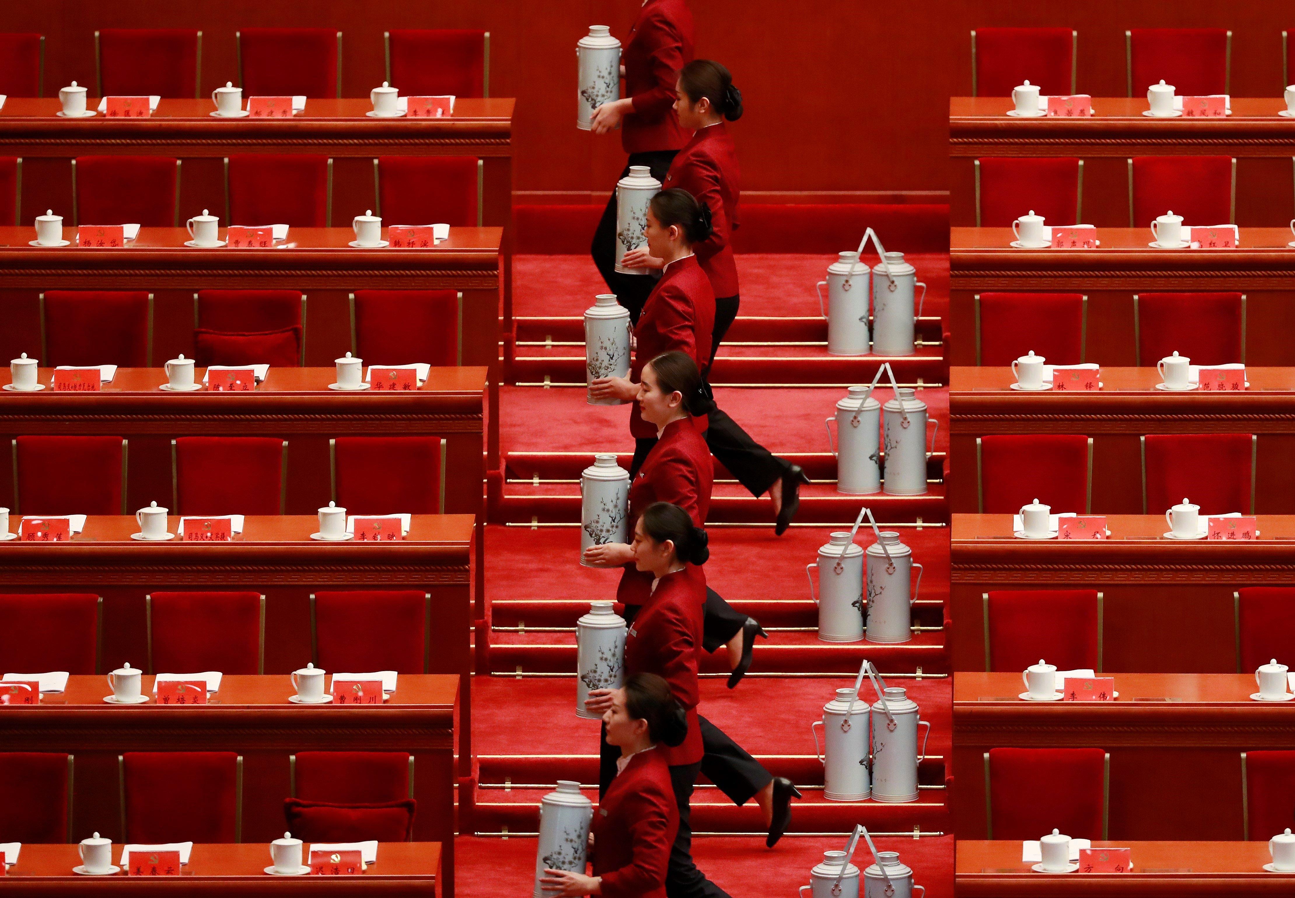 Diverses hostesses preparen termos de te abans de la cerimònia inaugural del XIX Congrés Nacional del Partit Comunista de la Xina en el Gran Palau del Poble a Pequín (Xina). /HOW HWEE YOUNG
