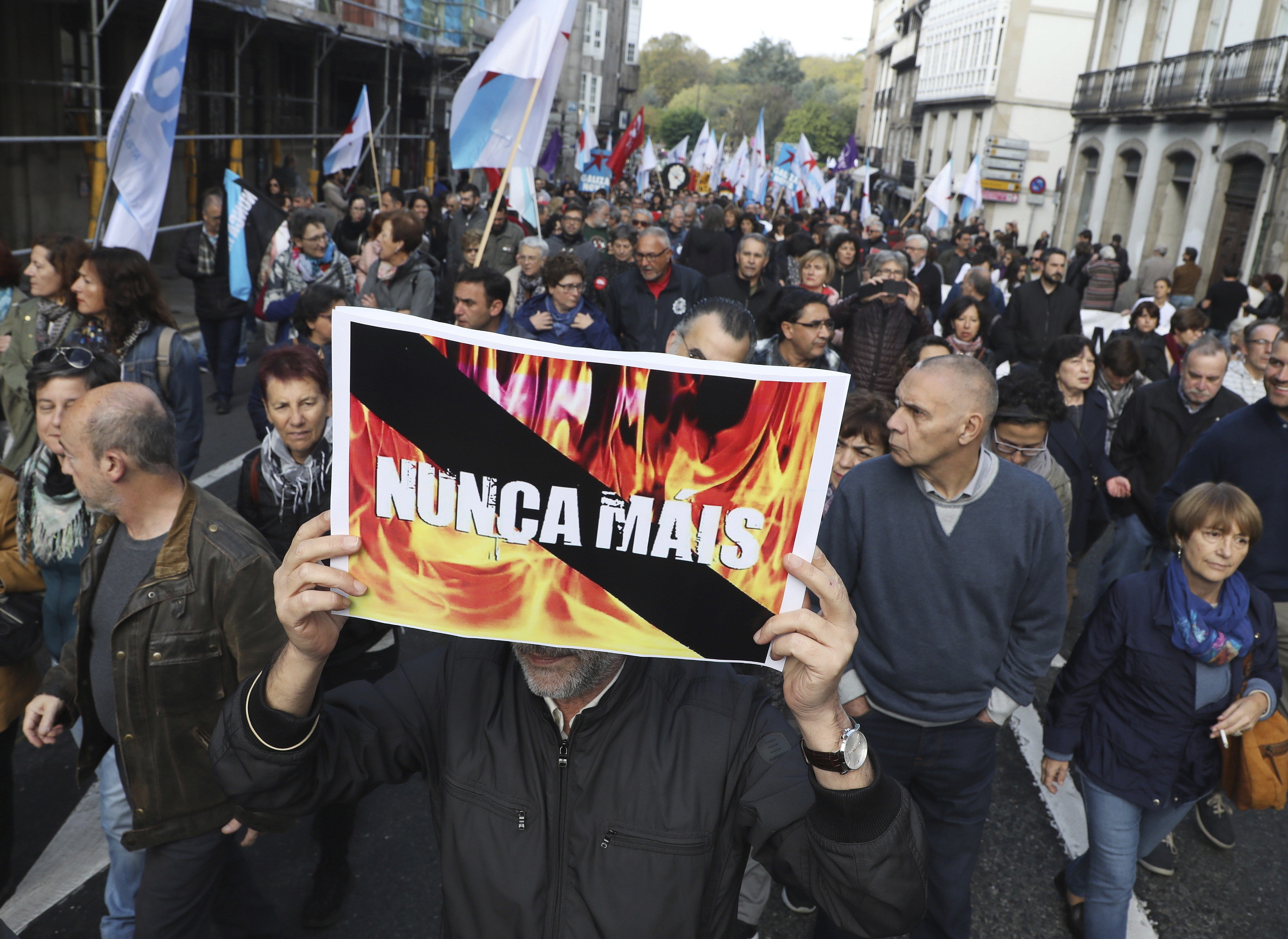 Milers de persones marxen contra els incendis de Galícia i demanen la dimissió de Feijóo. /XOÁN REY