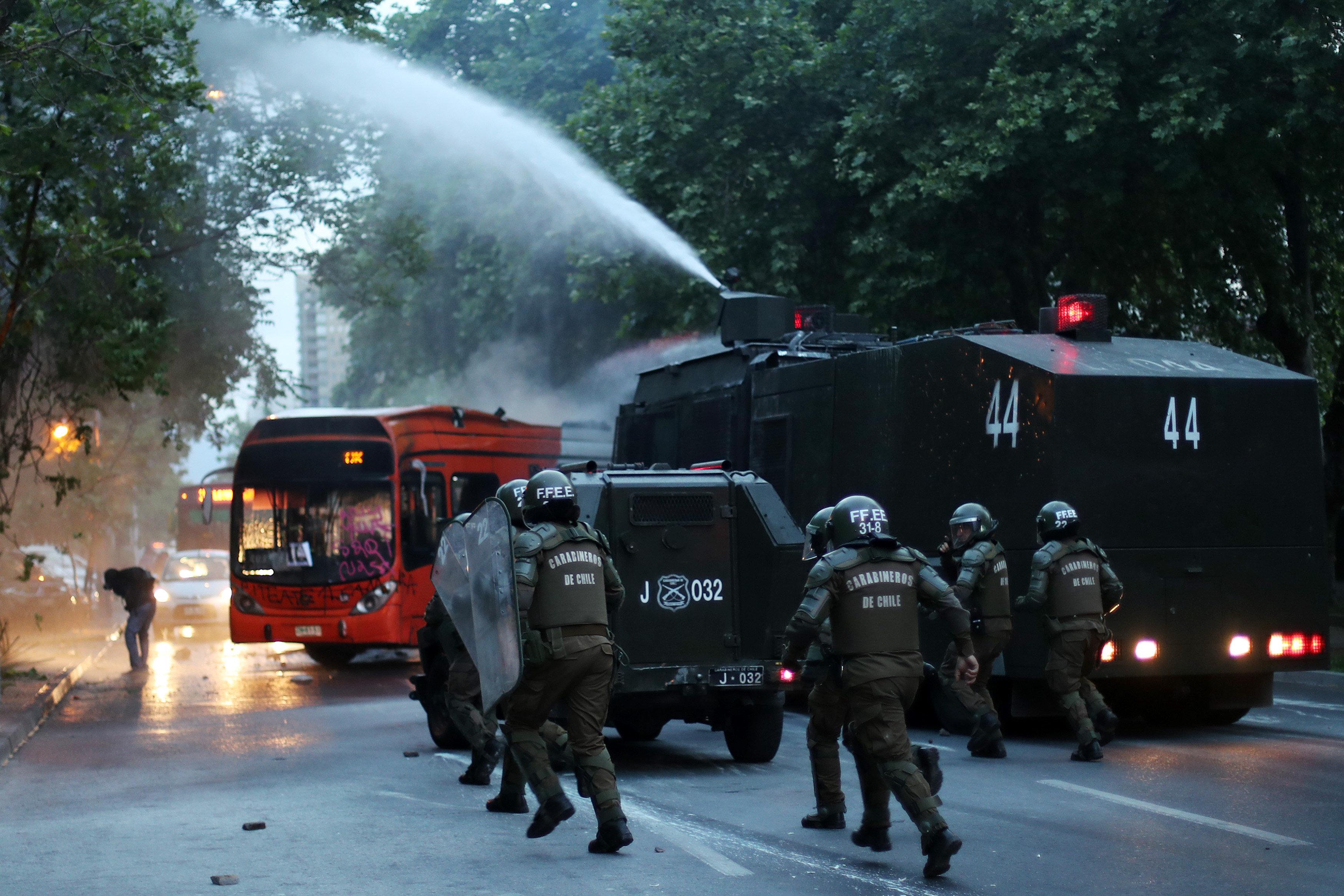 La protesta a Xile per la mort de l'activista Santiago Maldonado acaba amb fets violents. /MARIO RUIZ